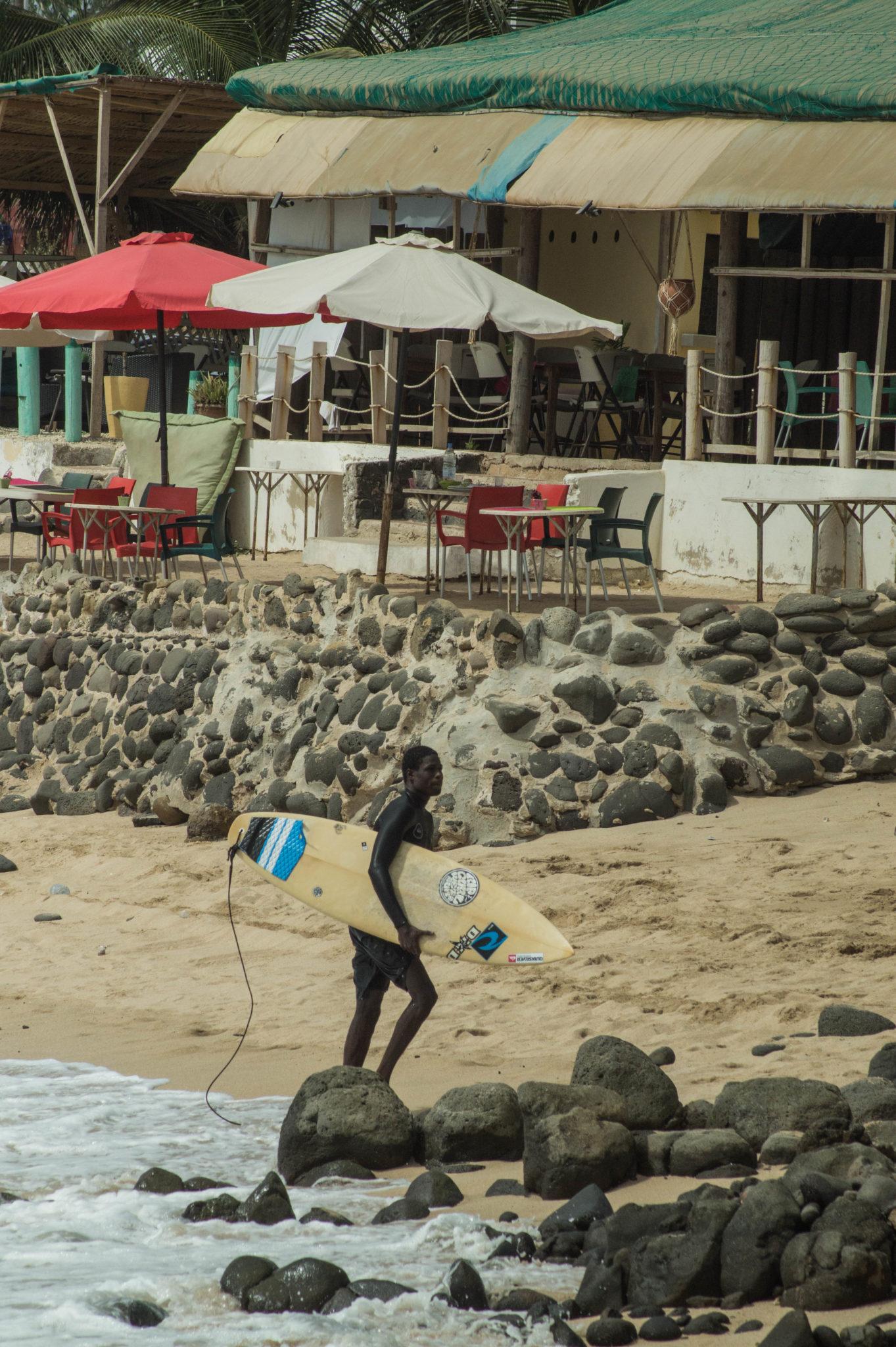 Surf Senegal: Surfen in Les Almadies in Dakar ist einfach, da es sich um Wellen handelt, die nicht weit vom Strand entfernt brechen.
