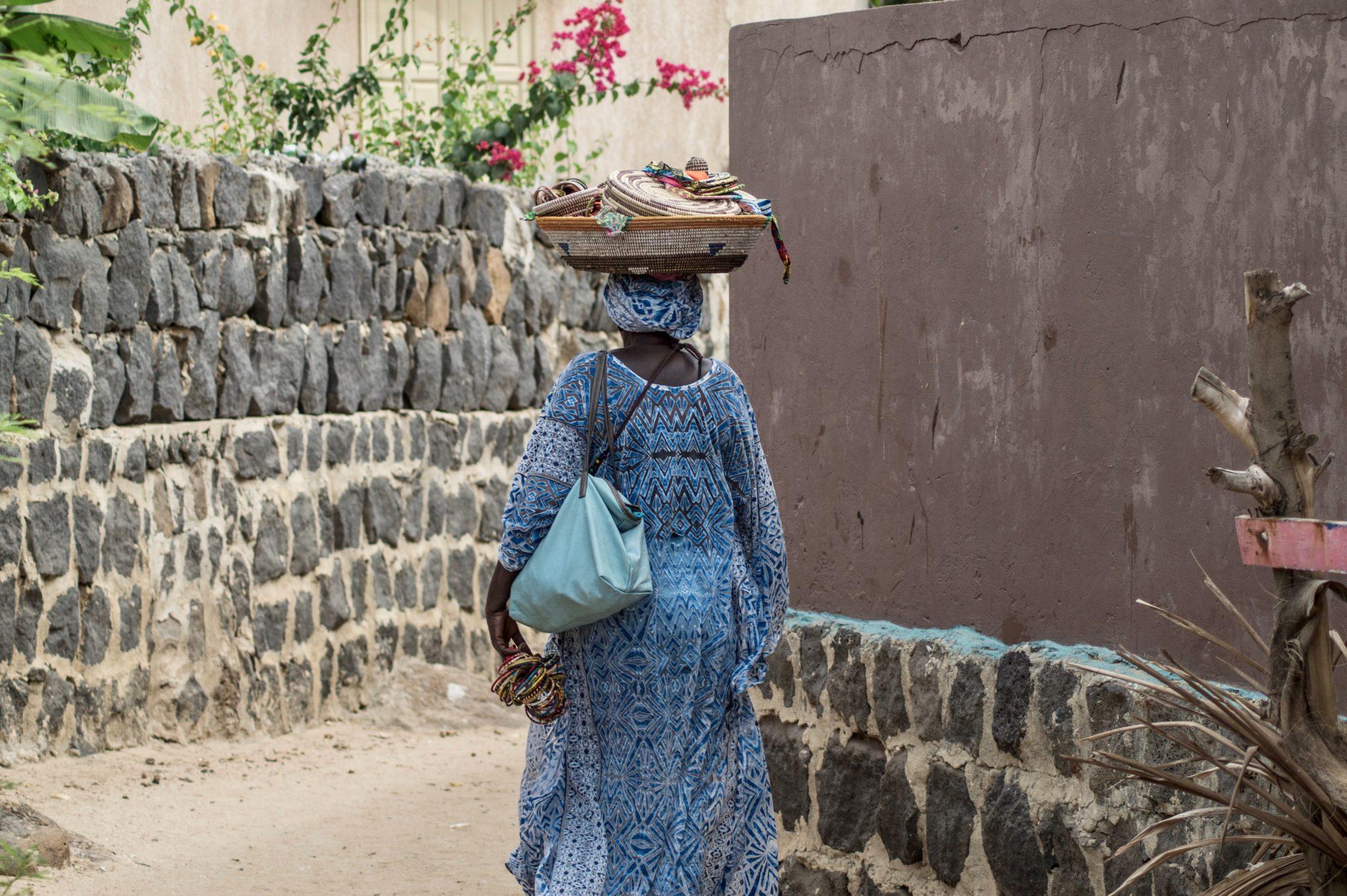 Surf Senegal: Die Verkäufer auf Ngor Island versuchen meist handgefertigte, bunte Bastkörbe an den Tourist zu bringen.