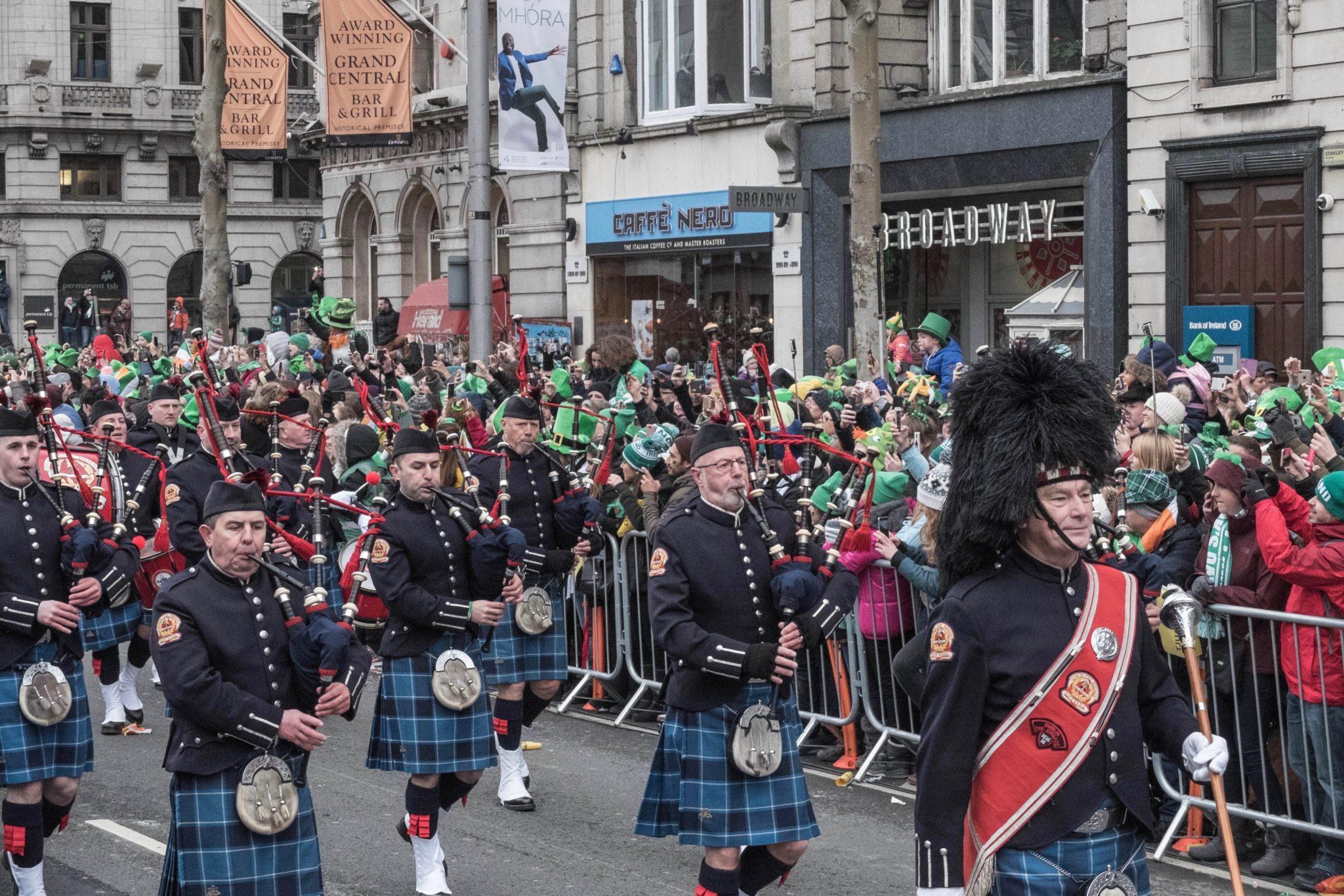 St. Patrick's Day in Dublin: Ganze Marschorchester machen bei der Parade Party