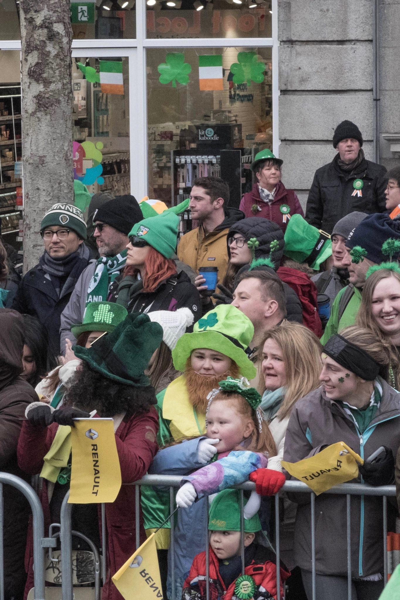 St. Patrick's Day in Dublin: Auch die Zuschauer sind komplett in grün gekleidet