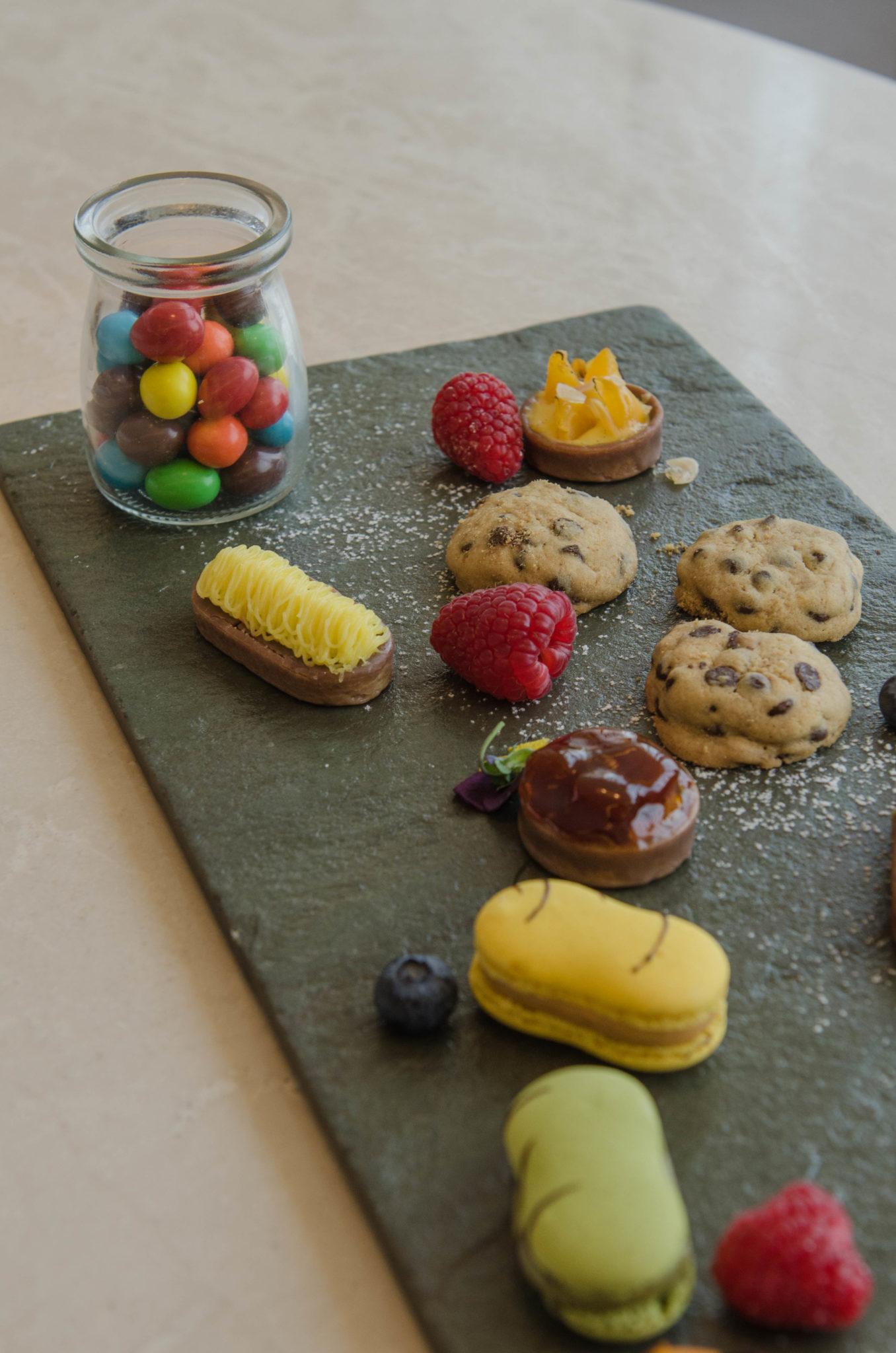 Zur Begrüßung gibt es im Designhotel Süßigkeiten aufs Zimmer