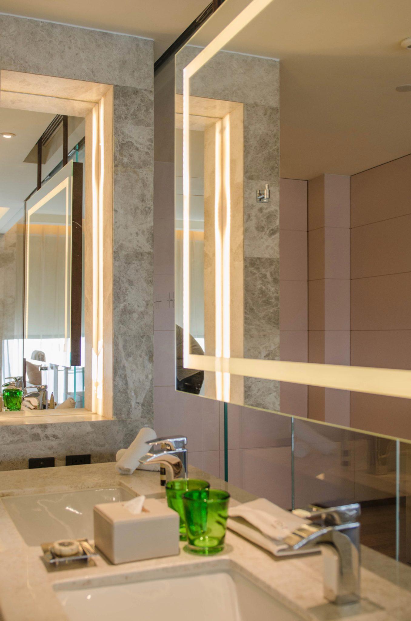 EAST Hotel Peking: Marmor schmückt die Bäder