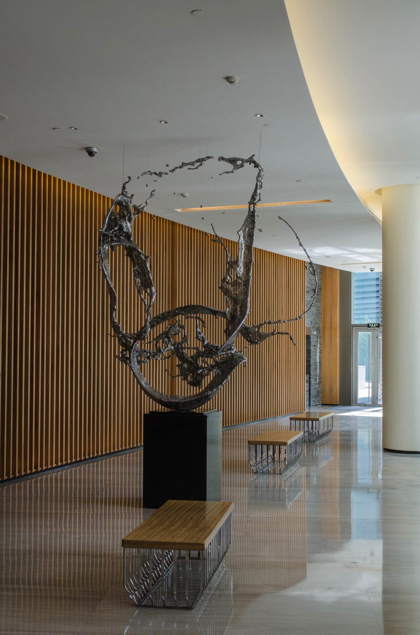Das Foyer des Hotels in Peking ist voller Kunstwerke