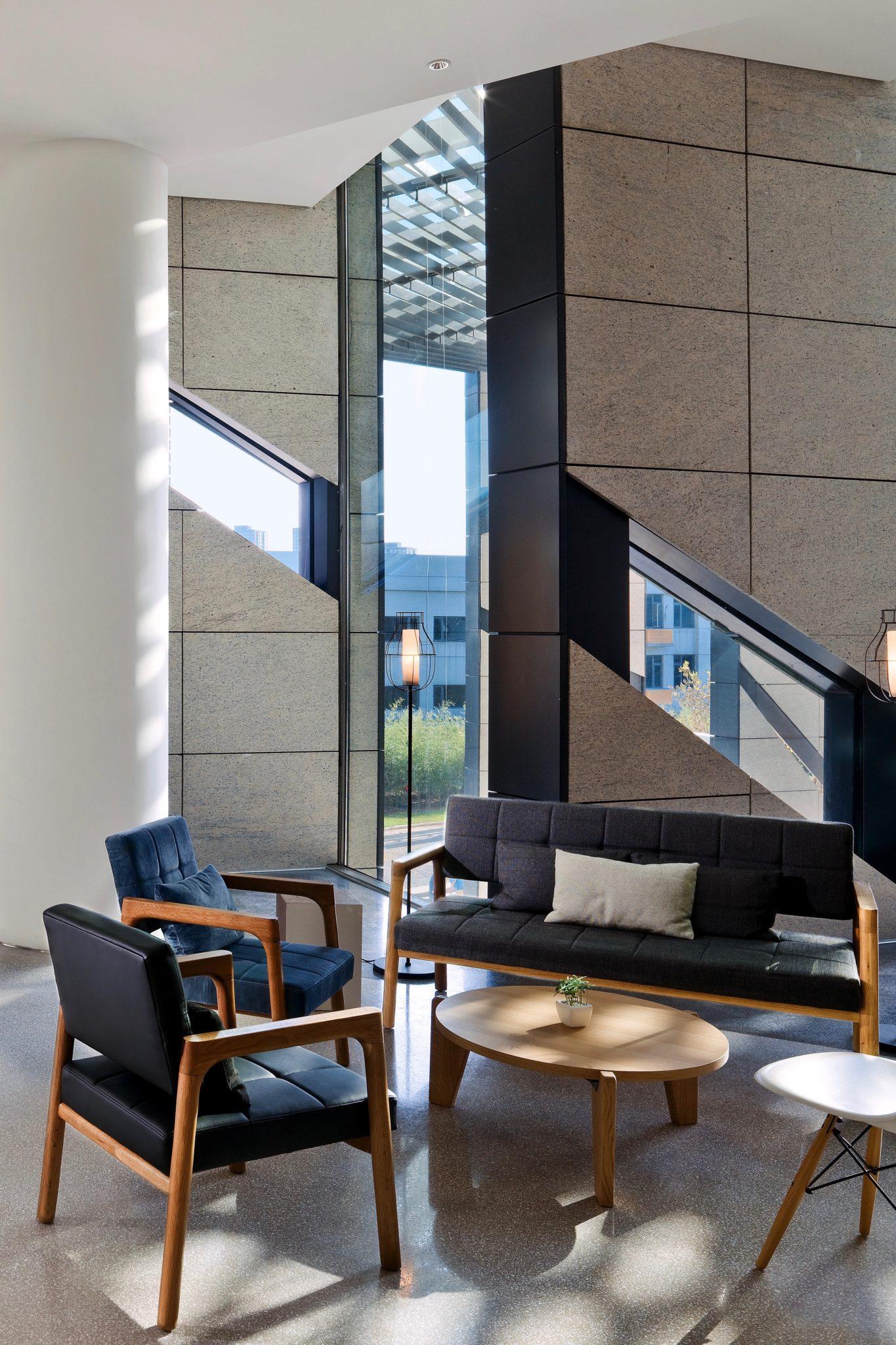 Die Lobby des East Hotel in Peking ist modern und hell