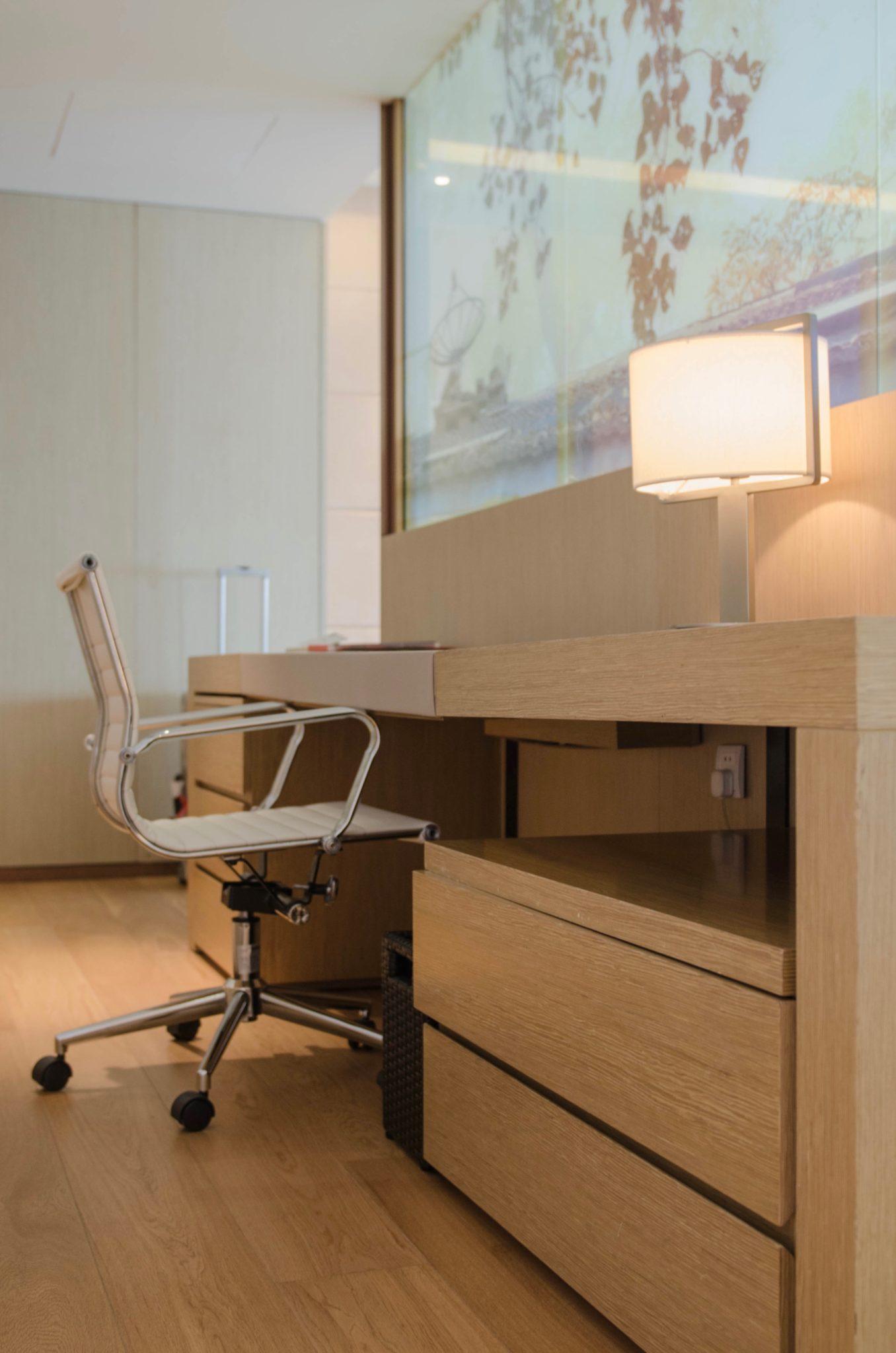 EAST Hotel Peking: Am Schreibtisch kann gearbeitet werden