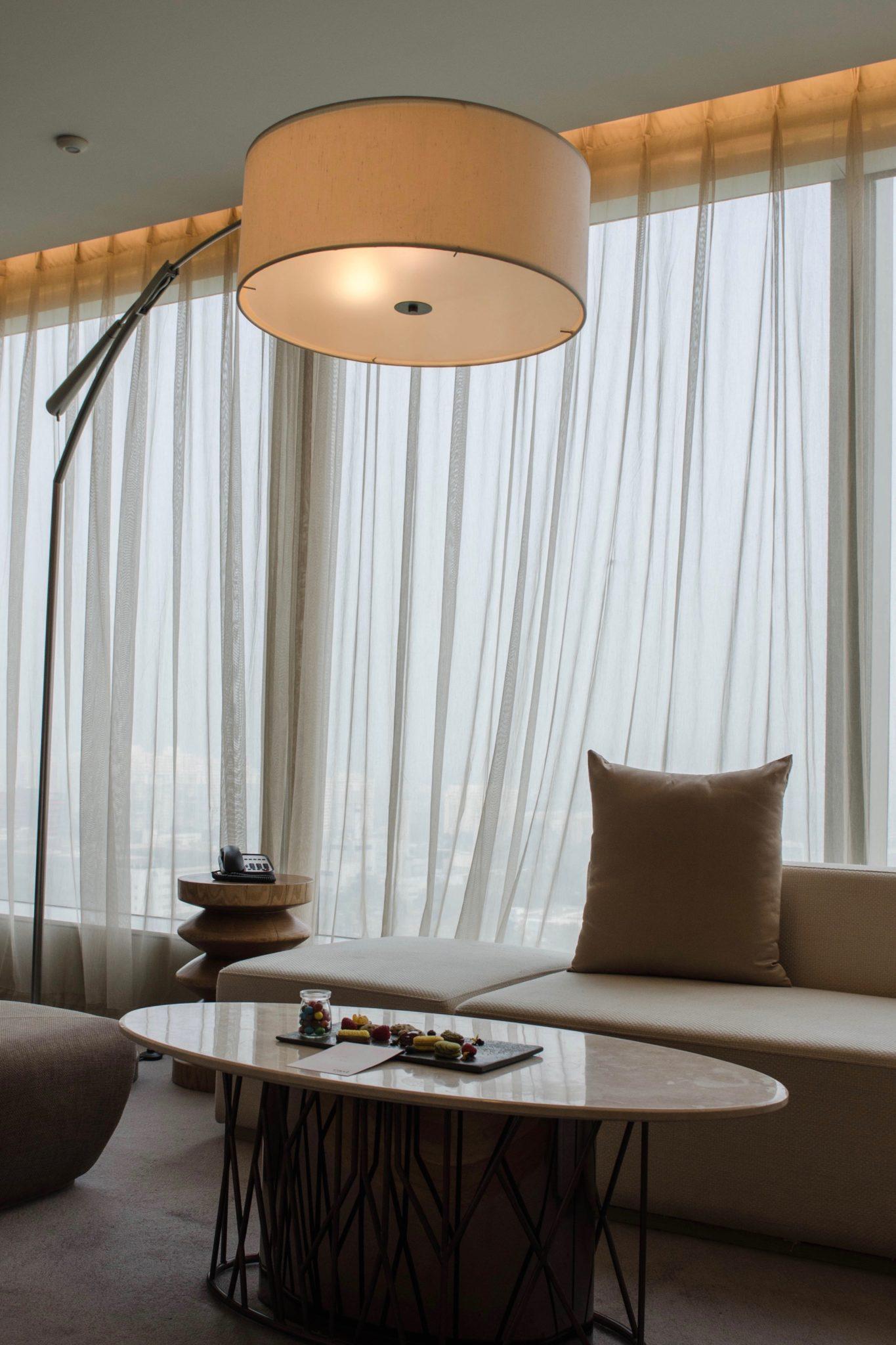 EAST Hotel Peking: Auch eine schicke Sitzecke befindet sich im Zimmer
