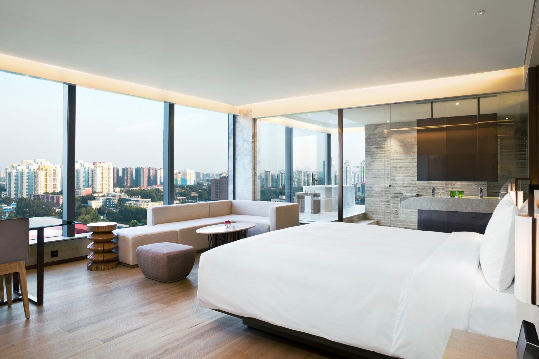 Das Studio des East Beijing ist eines der größten Zimmer des Hotels