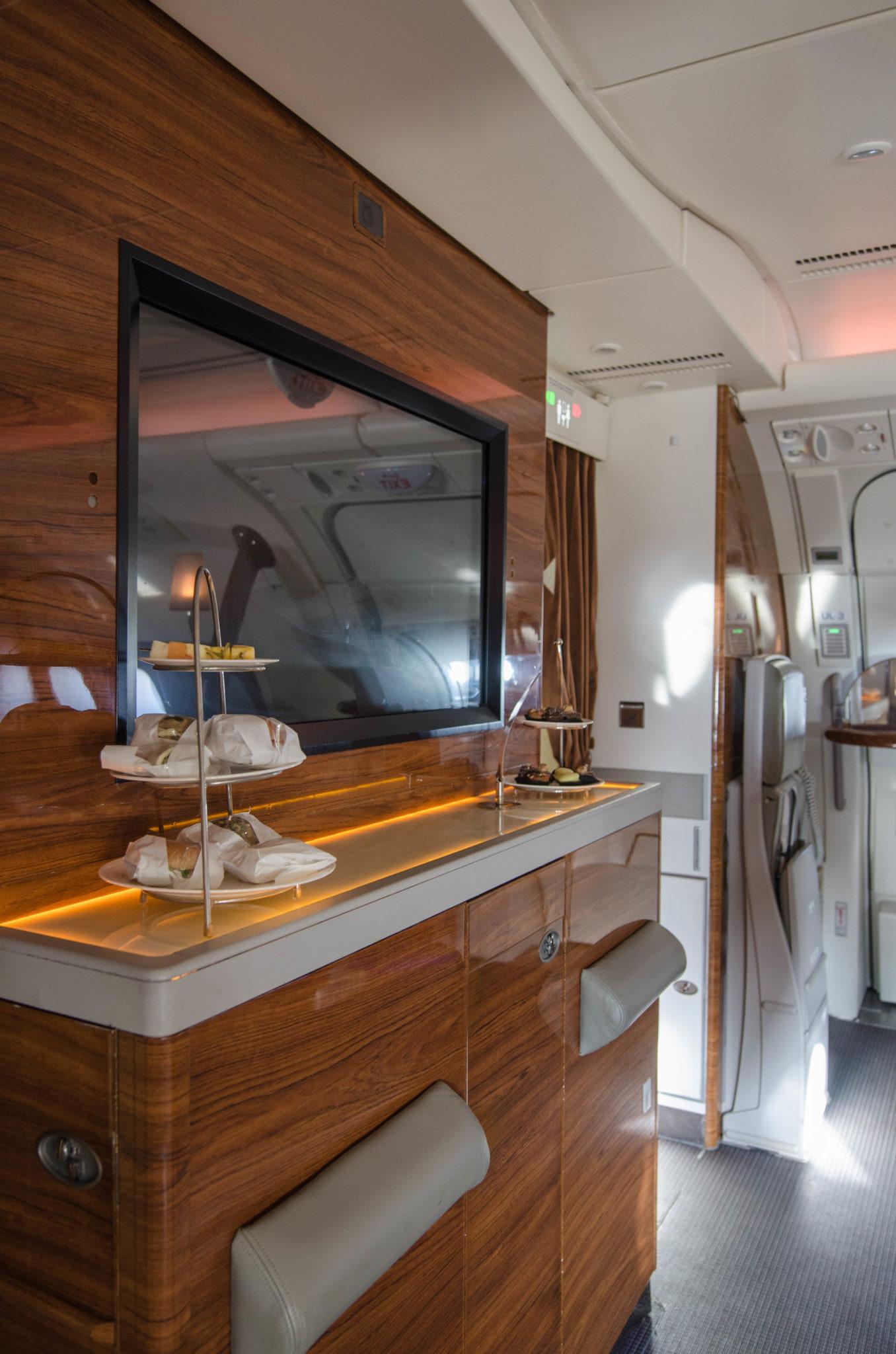 Emirates Business Class im A380: Auch Snacks werden in der Bar an Bord gereicht