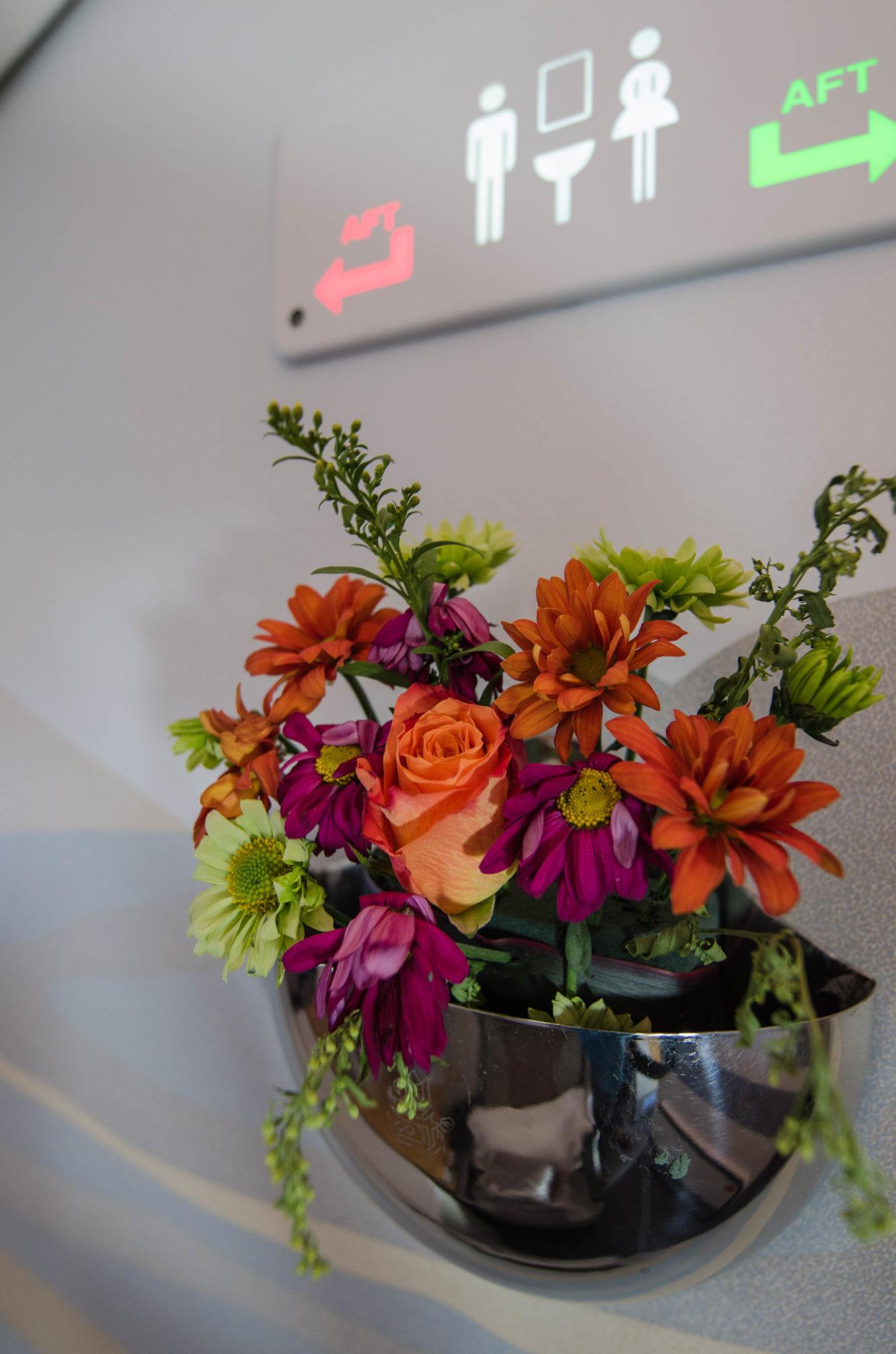 Emirates Business Class A380: Die Gänge sind mit hübschen Blumen geschmückt