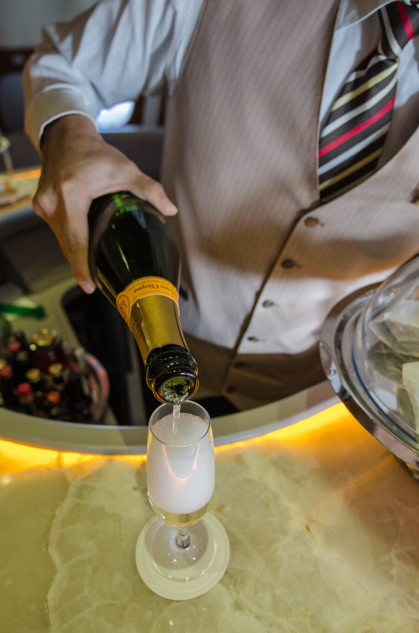 Emirates Business Class A380: Champagner gibt's auch in der Bar