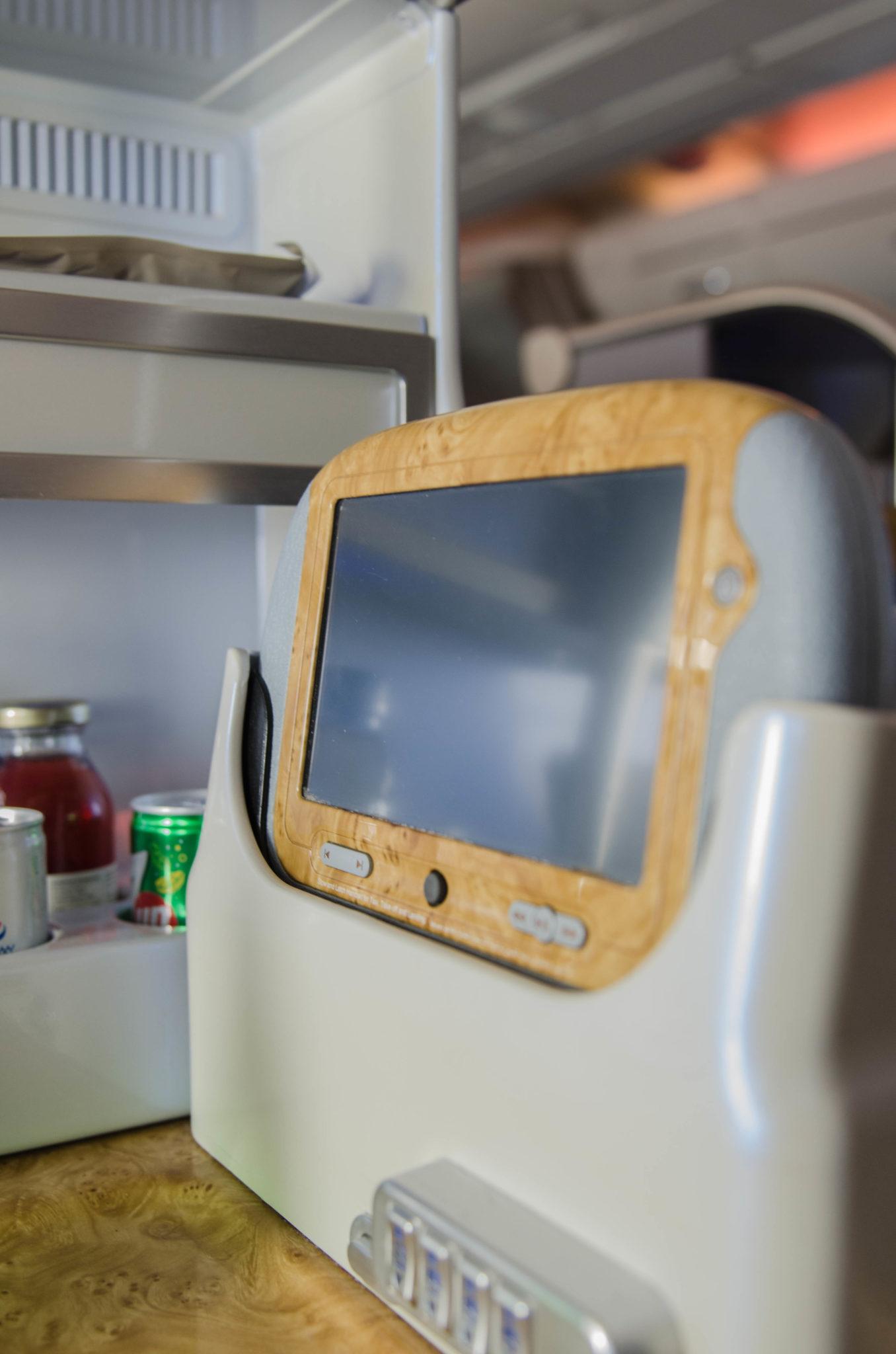 Emirates Business Class A380: Der Monitor lässt sich auch entfernen.