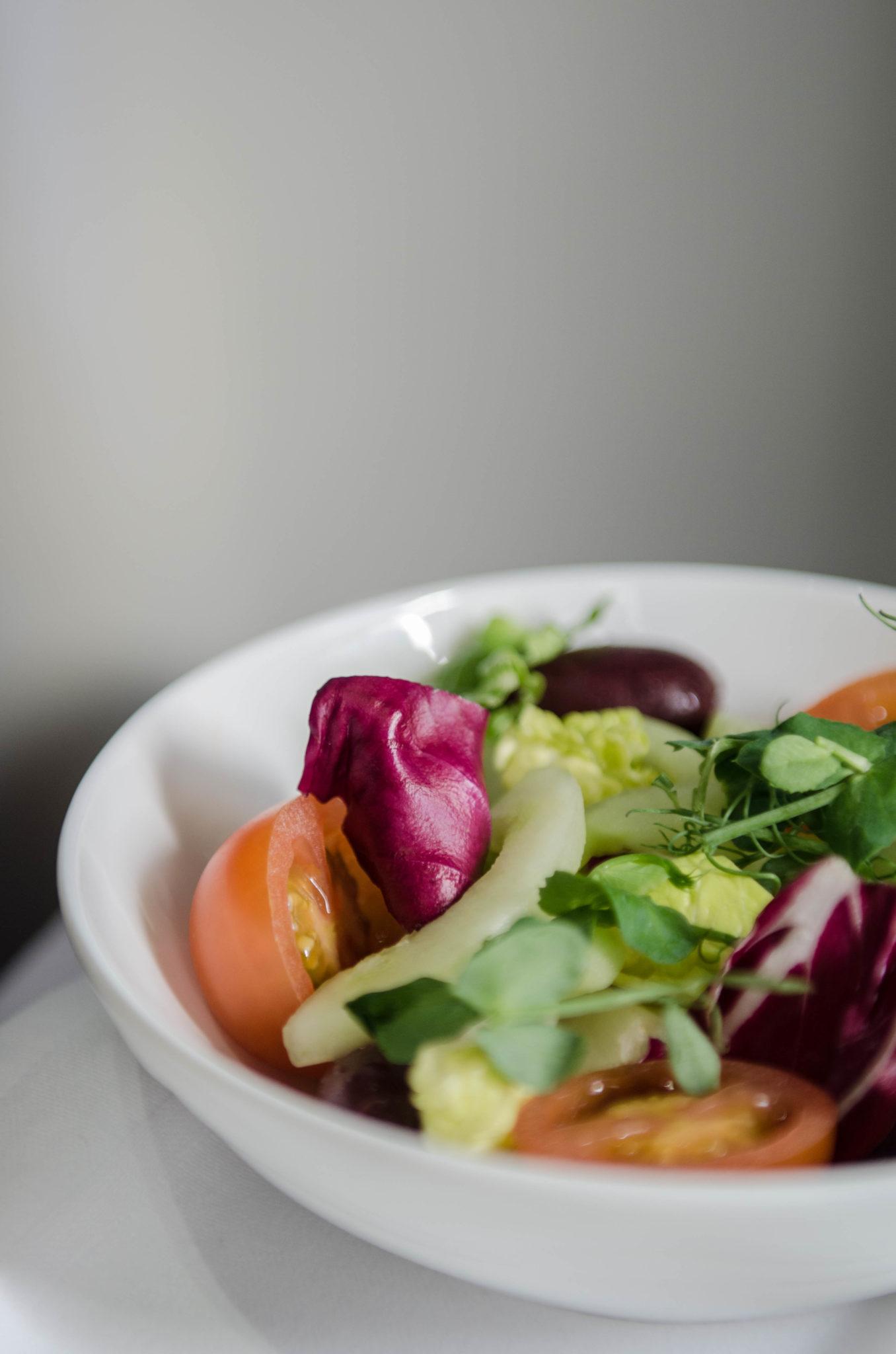 Emirates Business Class A380: Den Salat gibt es zu jedem Gericht dazu