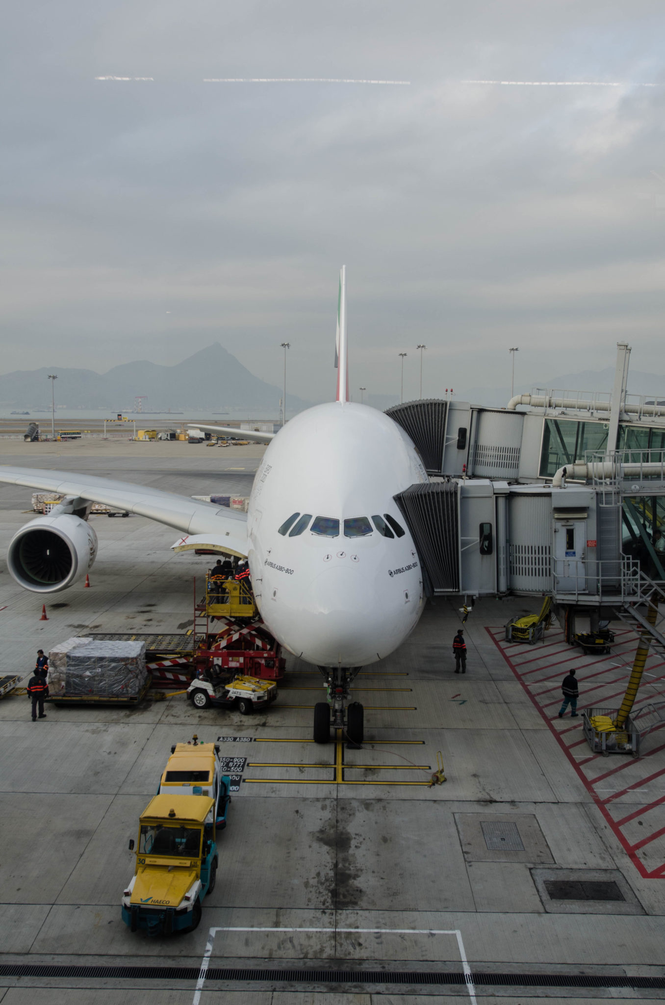 Mit dem Flugzeug kommt man einfach in die Megastadt.