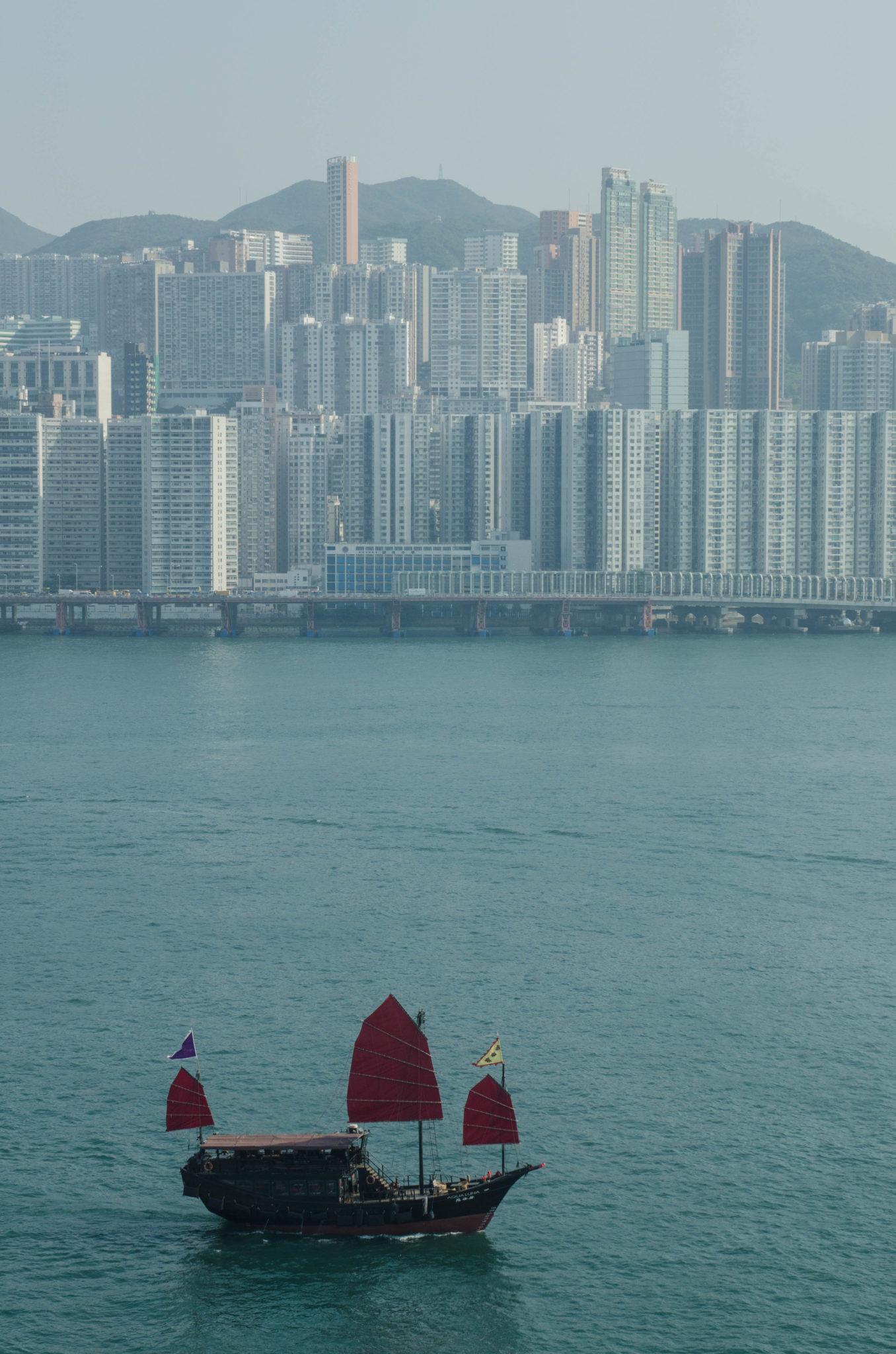 Gerade am Abend ist der Trip mit Hongkongs knallroter Dschunke ein echtes Highlights