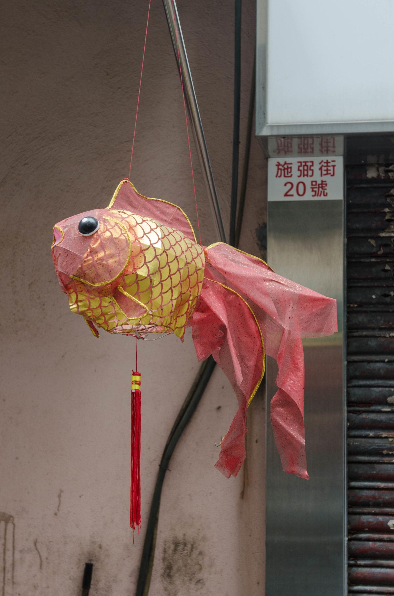 Kleine Glücksbringer hängen in Hongkong fast überall
