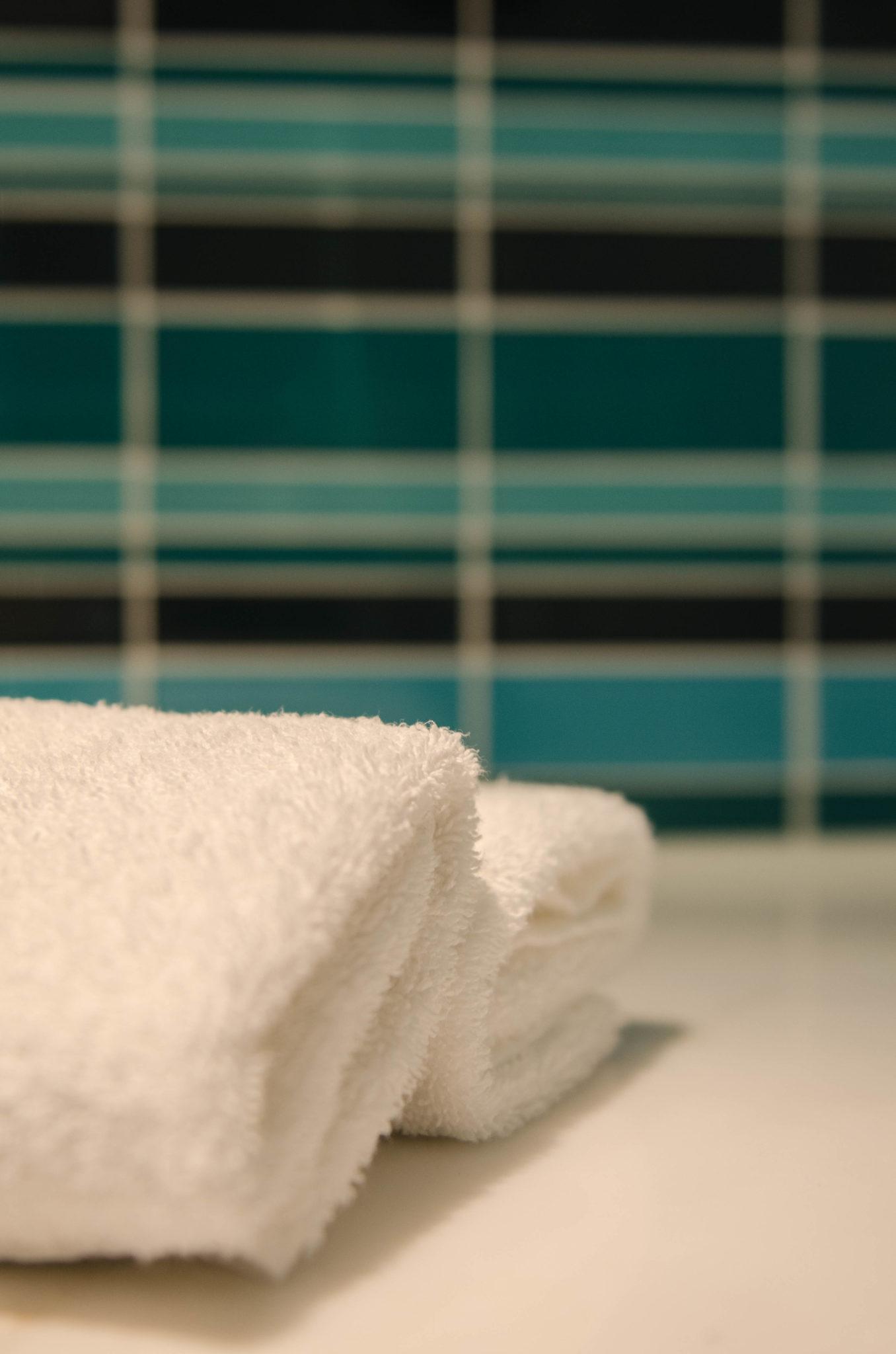 Lanson Place Hotel Hongkong: Die Badezimmer sind in grün und blau gehalten