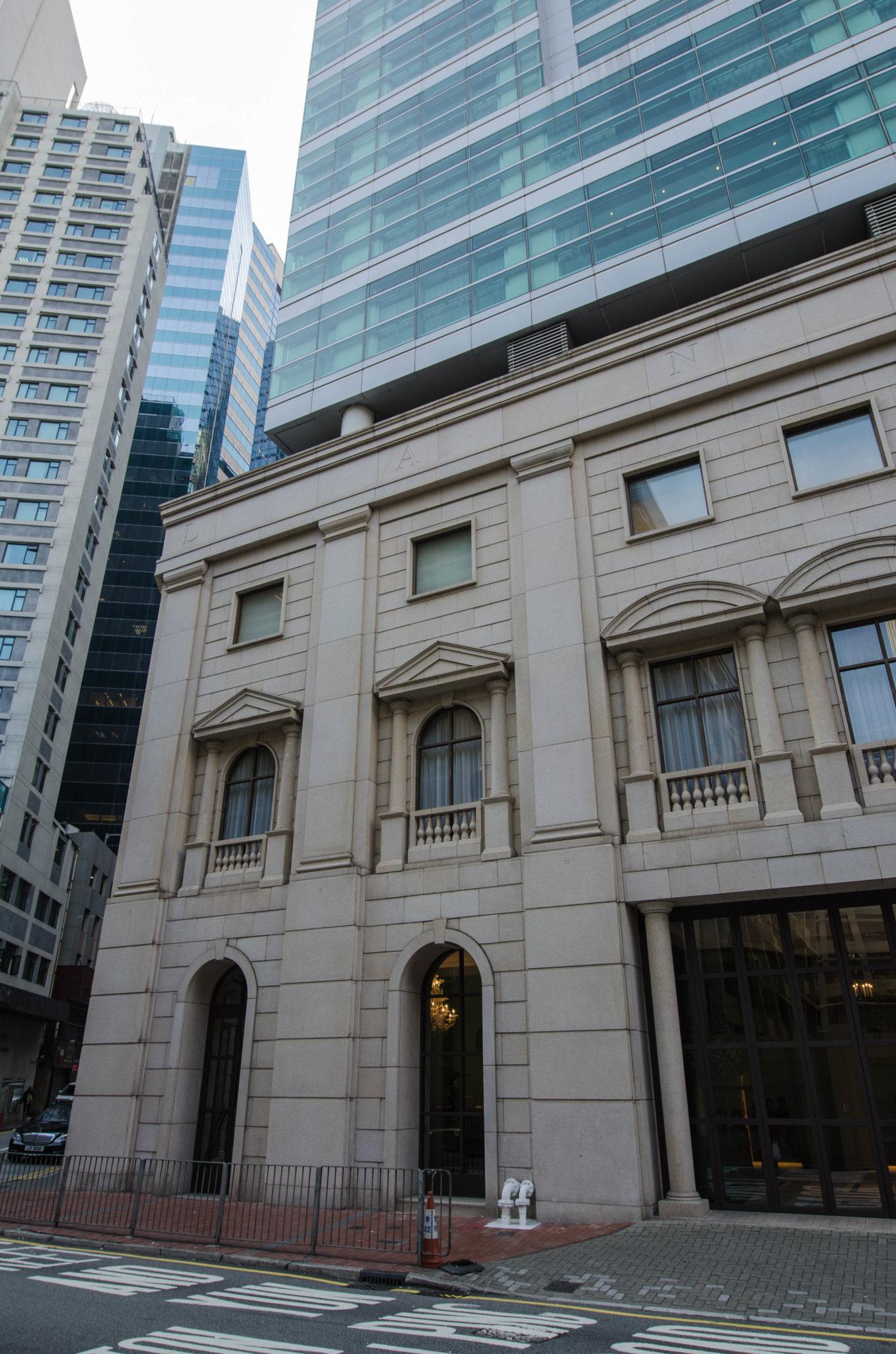 Das Lanson Place Hotel Hongkong ist auch von außen schlicht und minimalistisch designt.