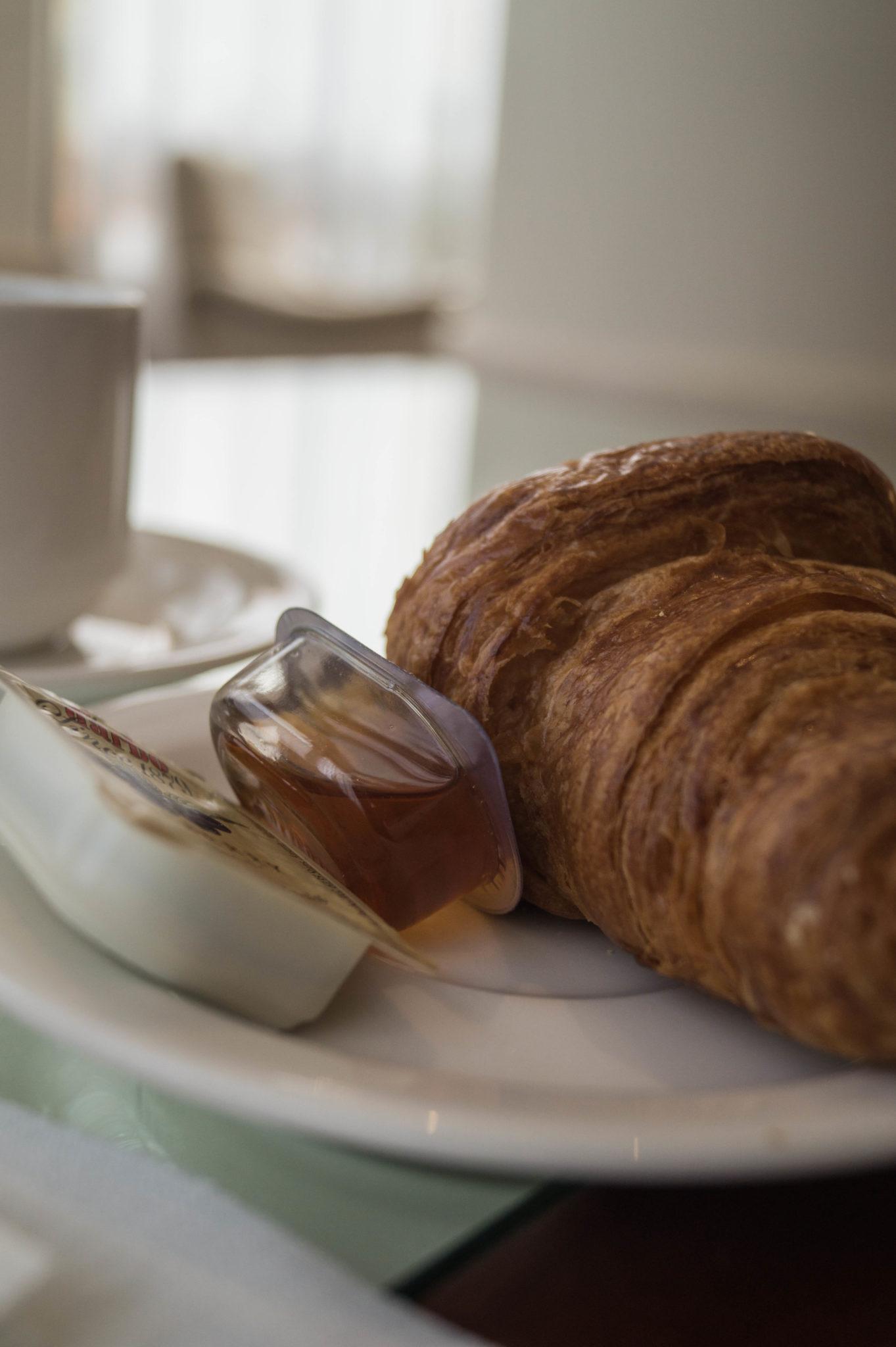 Lanson Place Hotel Hongkong: Den Tag mit einem Croissant starten? Geht ganz gut.