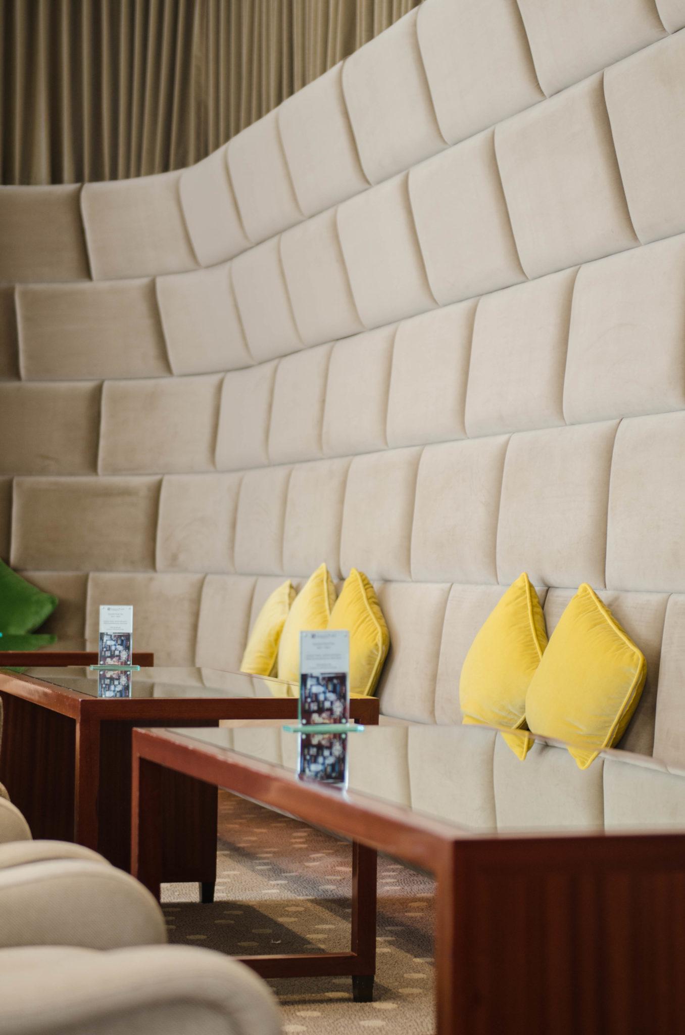 Lanson Place Hotel Hongkong: Die Lobby ist ein Konglomerat aus schicken Sitzecken