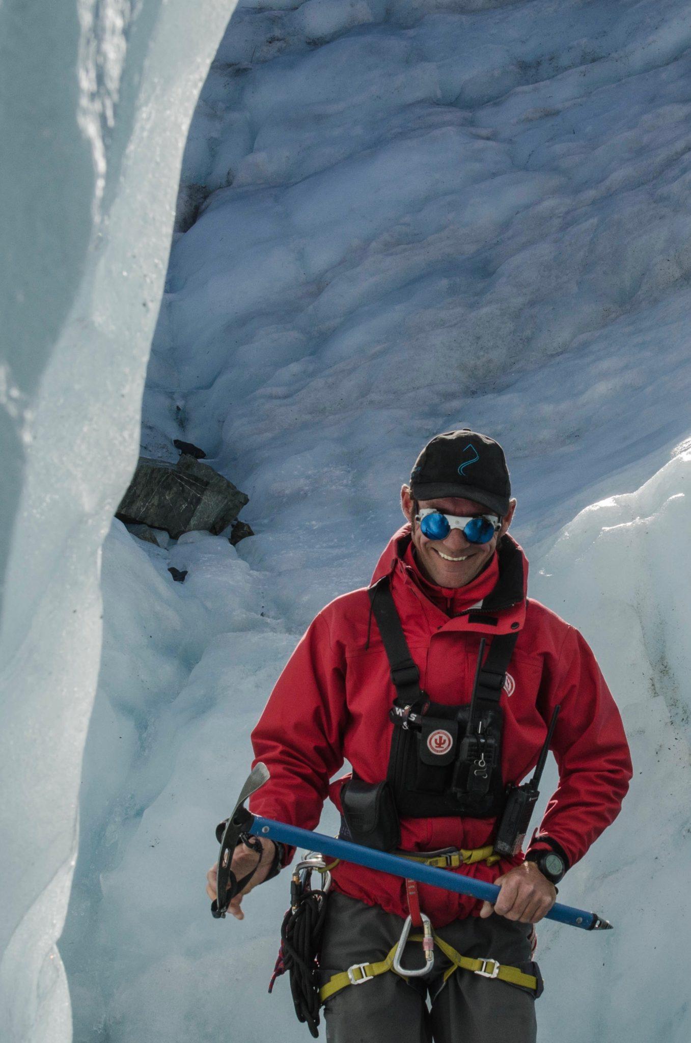 Der Führer einer Gletscherwanderung am Mount Cook