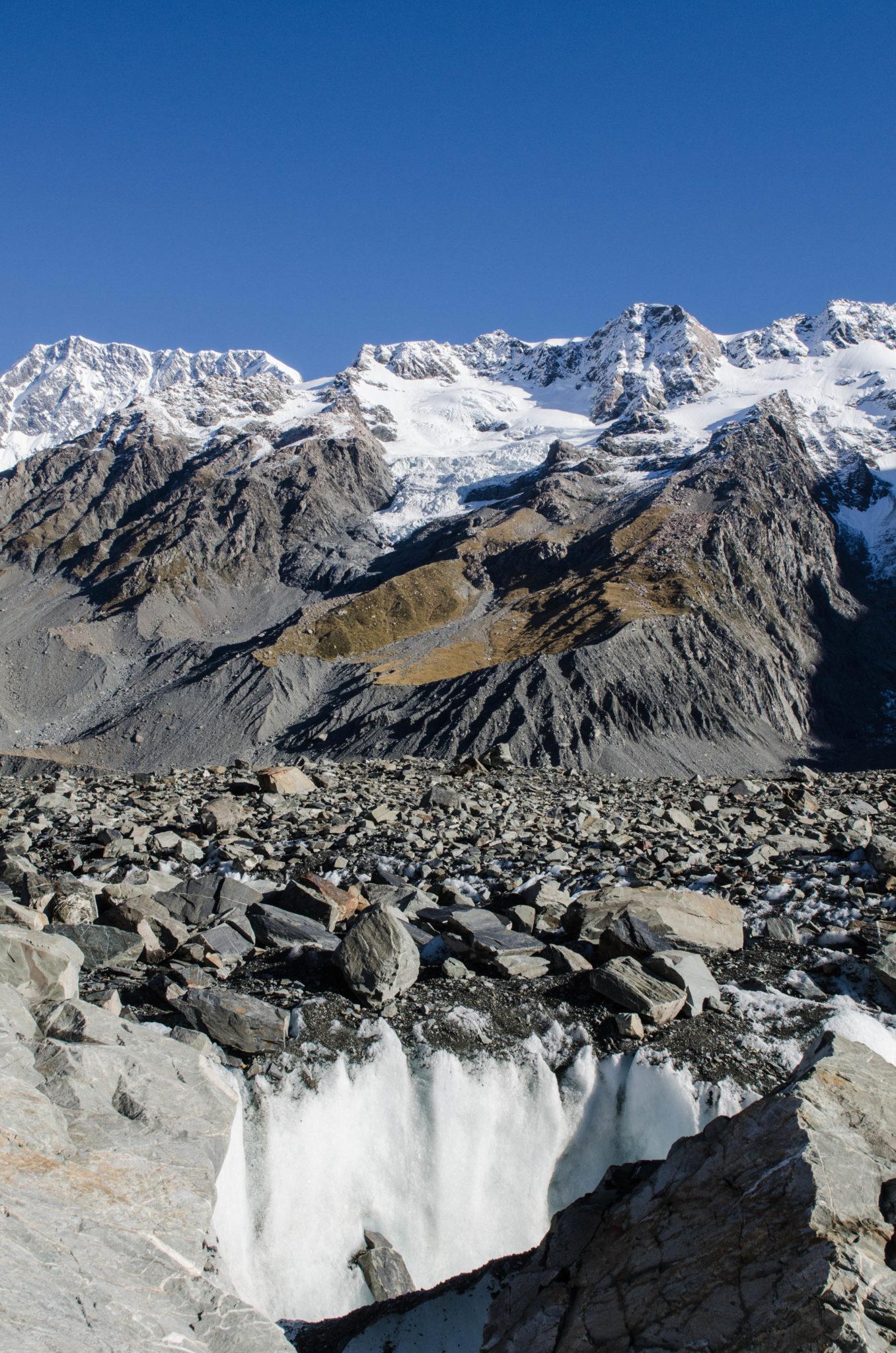 Mount Cook Neuseeland Gletscherwanderung: Zwischen dem Eis stecken dicke Felsen