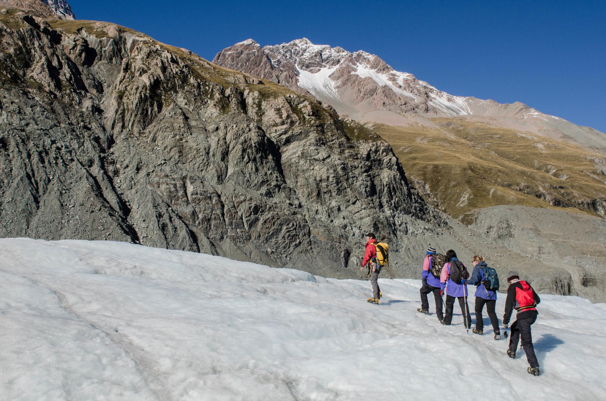 Mount Cook Neuseeland Gletscherwanderung: Die Gruppe folgt dem Gletscherführer