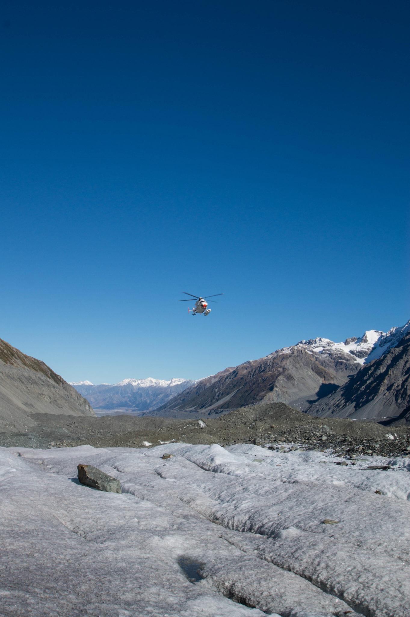 Der Hubrschauber fliegt zum Mount Cook