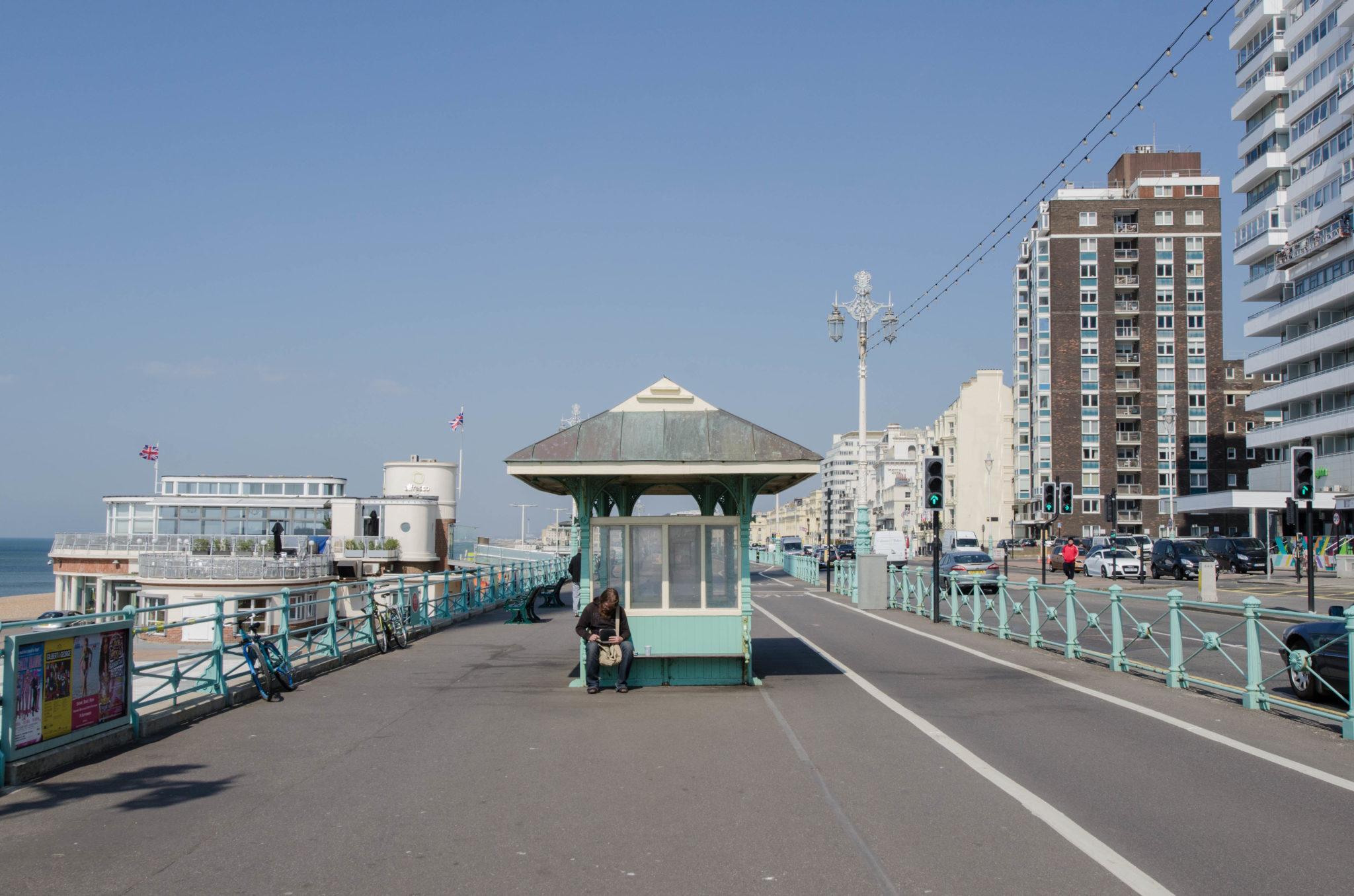 Am Strand von Brighton kann man gut spazieren gehen.
