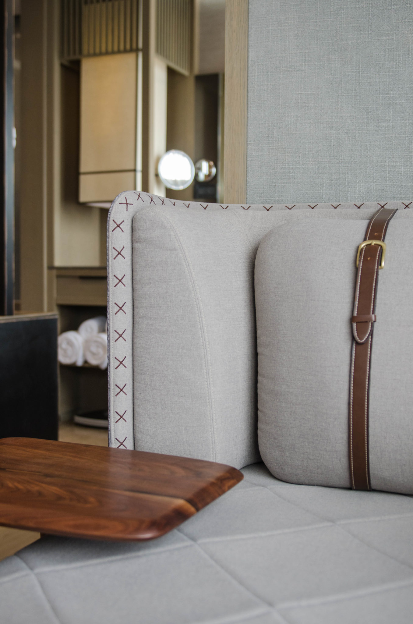Das Sofa im Hotelzimmer des Chao in Sanlitun in Peking