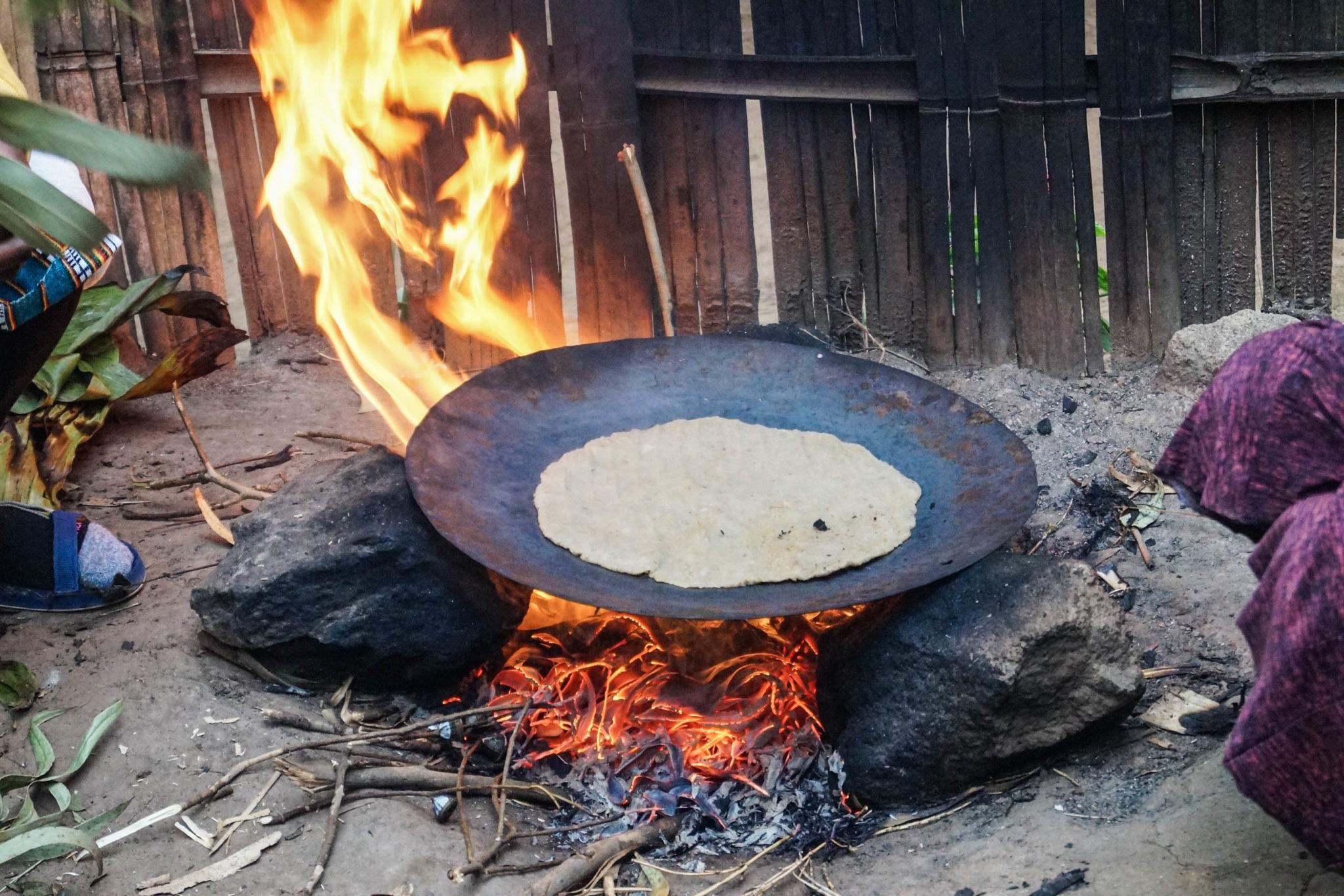 Das Brot wird im Dorf der Dorze in Äthiopien über dem offenen Feuer gebraten.