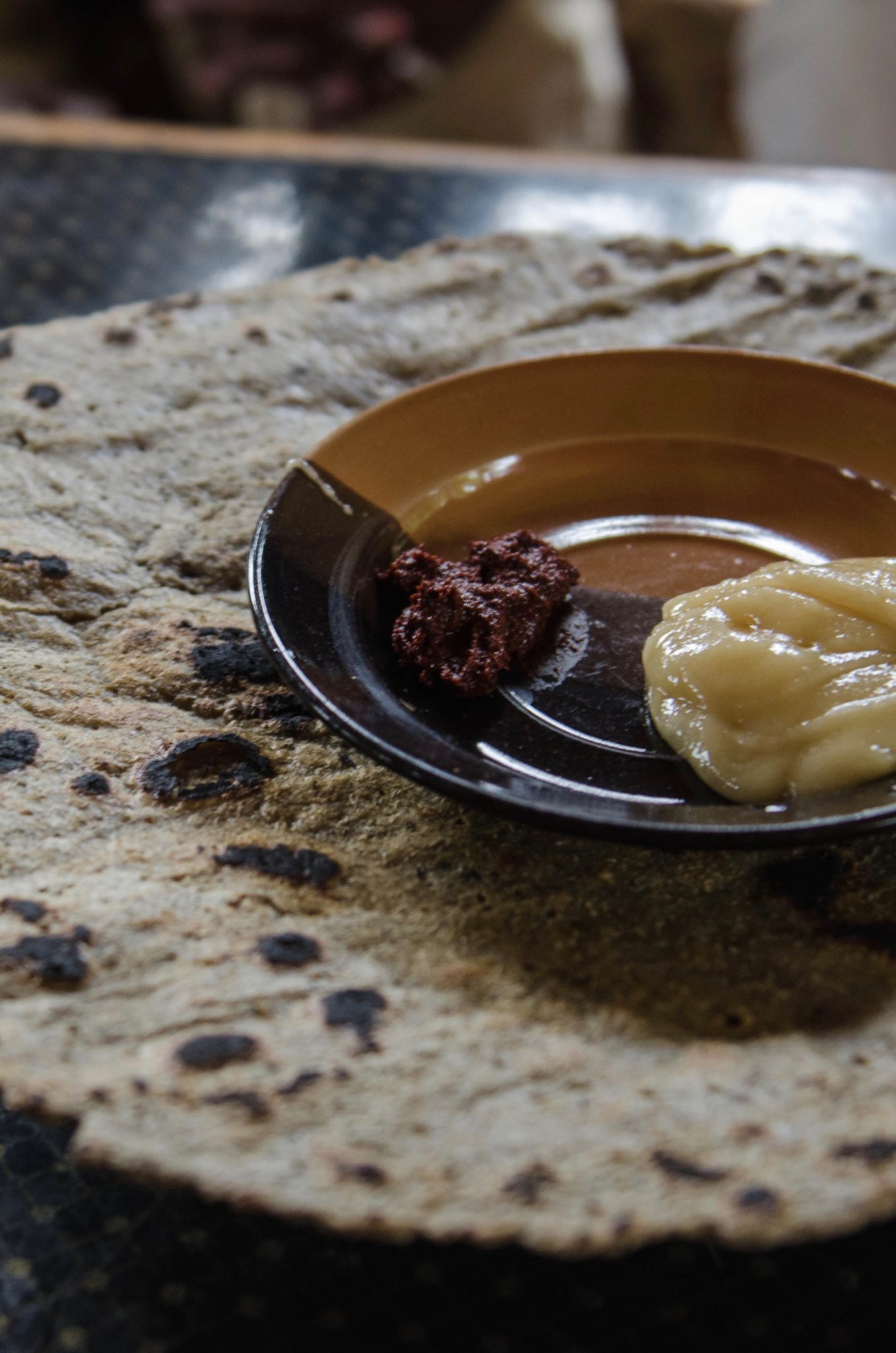 Gegessen wird das Brot der Dorze mit Chili und Honig.