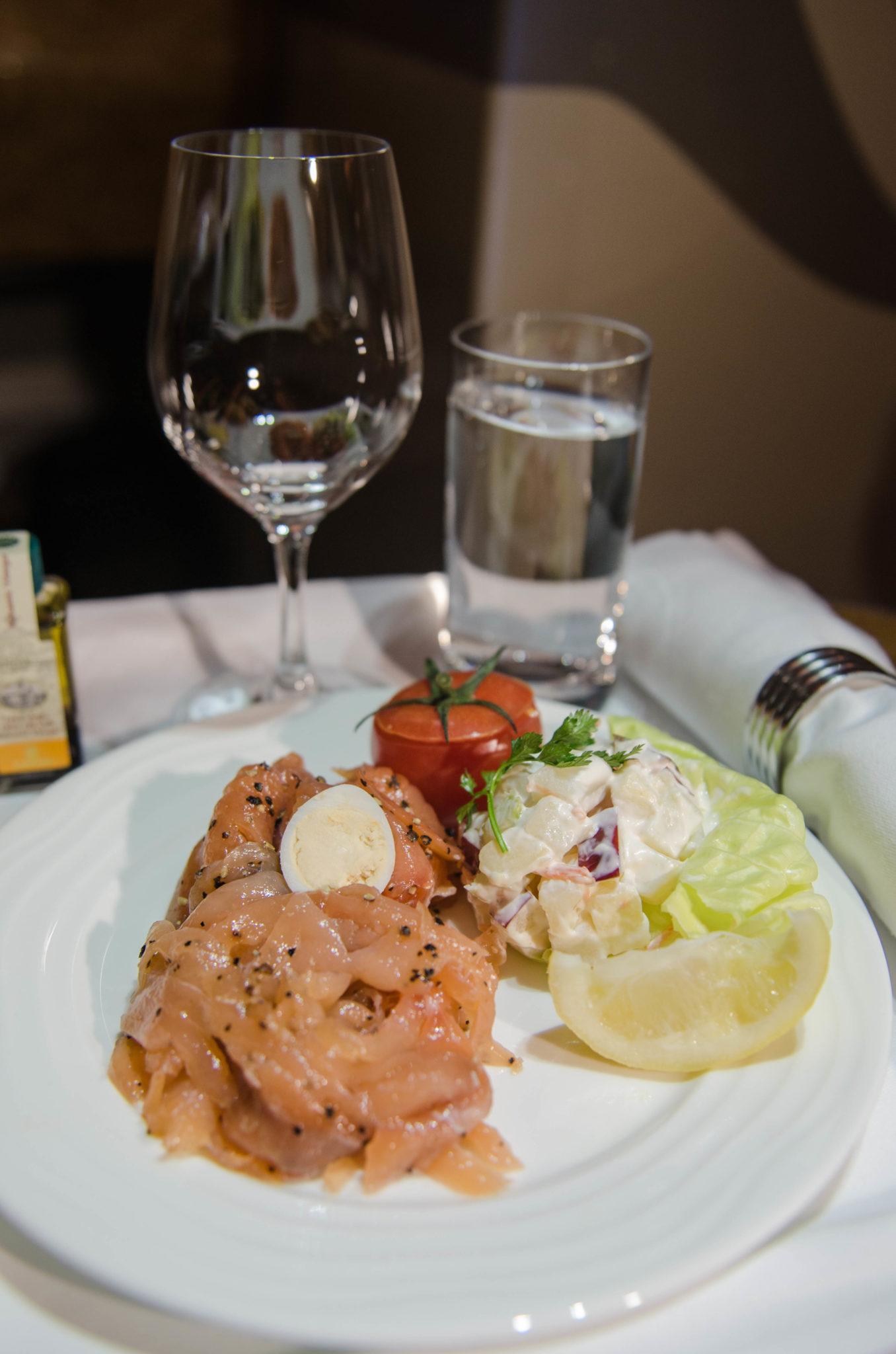Das Essen in der Emirates A380 Business ist frisch und lecker.