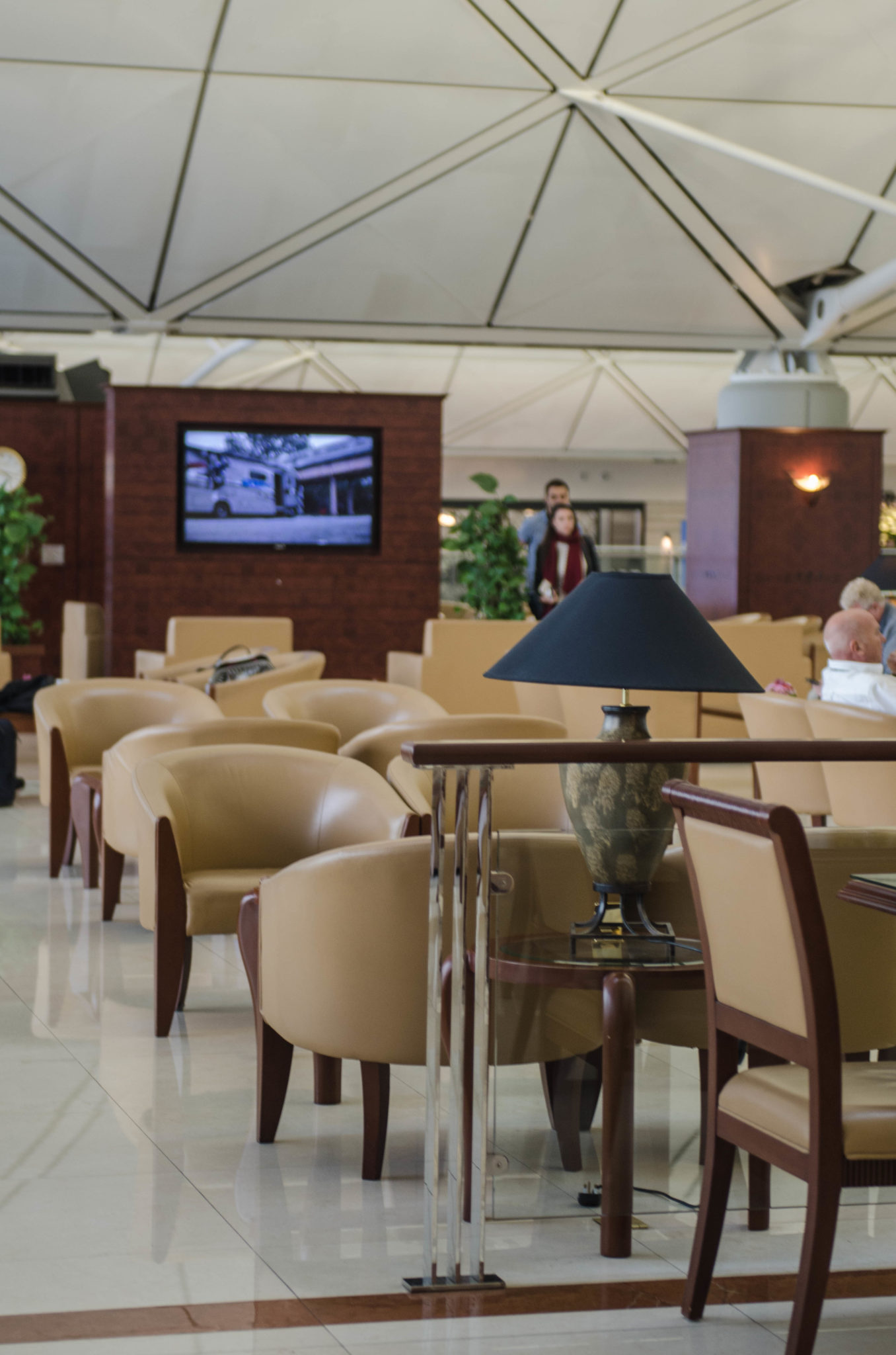 Die Emirates Business Class Lounge am Hongkong Airport ist groß und hell.