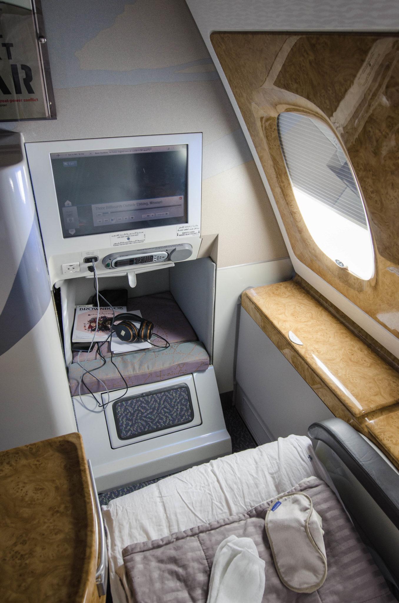 Die Fußablage und Staufächer an der Seite bieten in der Emirates Business Class viel Platz zum Verstauen