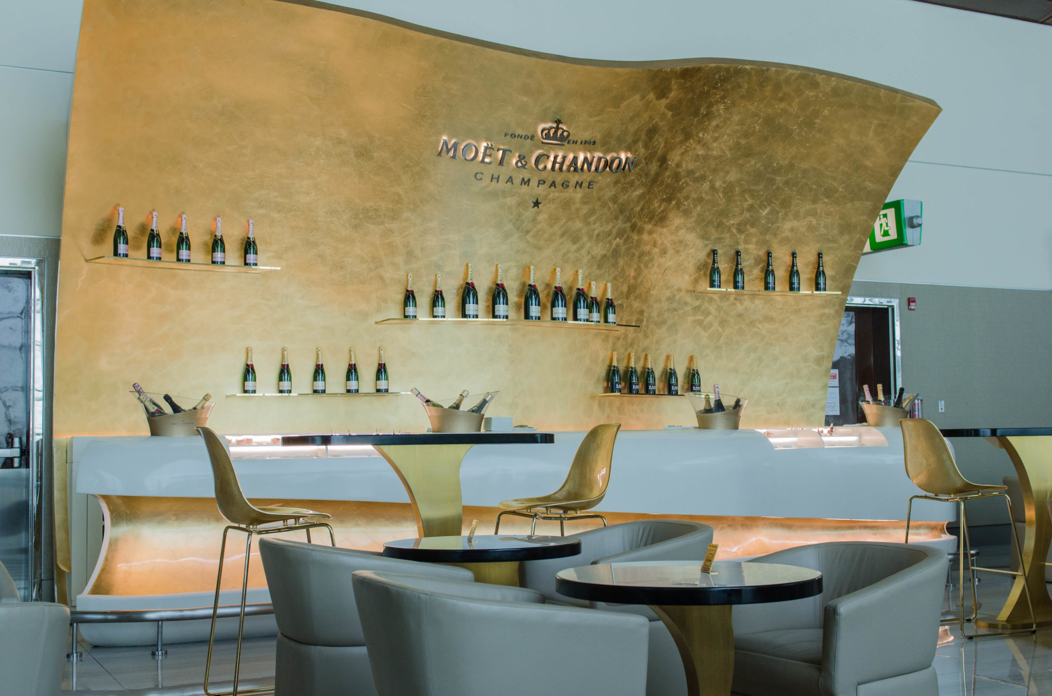 Die Moët & Chandon Bar in der Emirates Lounge Dubai für Emirates Business Class Passagiere