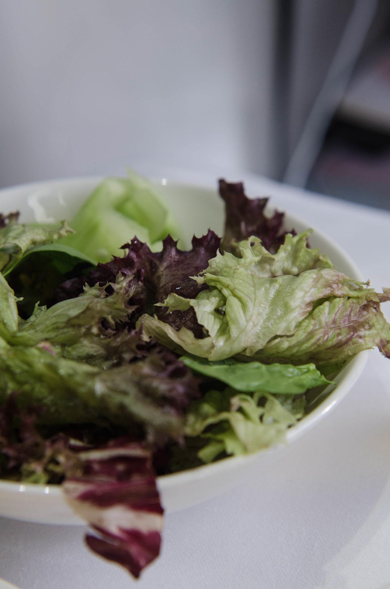 In der Emirates Business Class gibt es einen Salat als Vorspeise