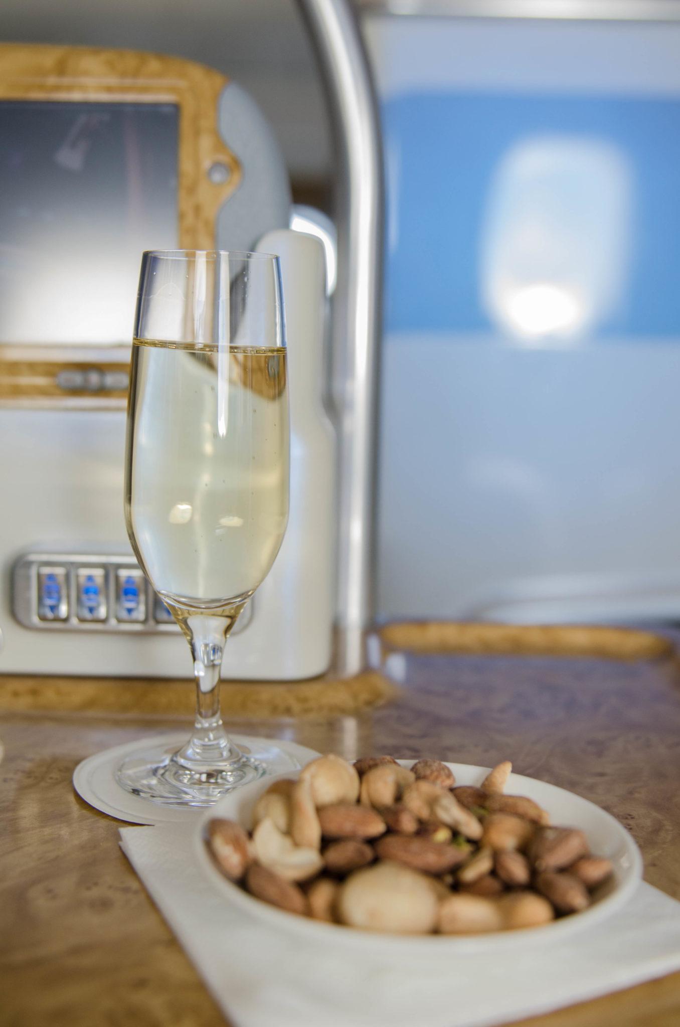 In der Emirates Business Class wird man mit Champagner begrüßt