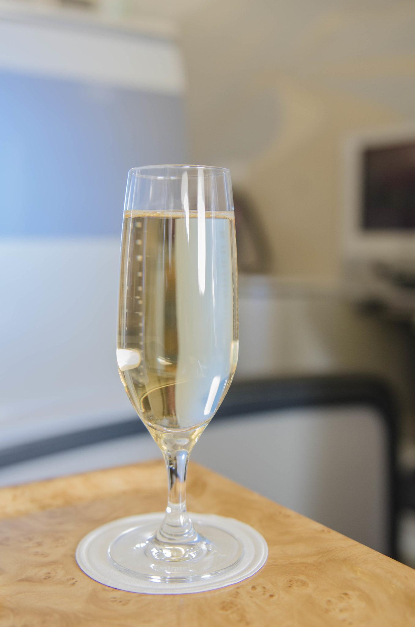In der Emirates Business Class gibt's ein Glas Champagner zur Begrüßung.