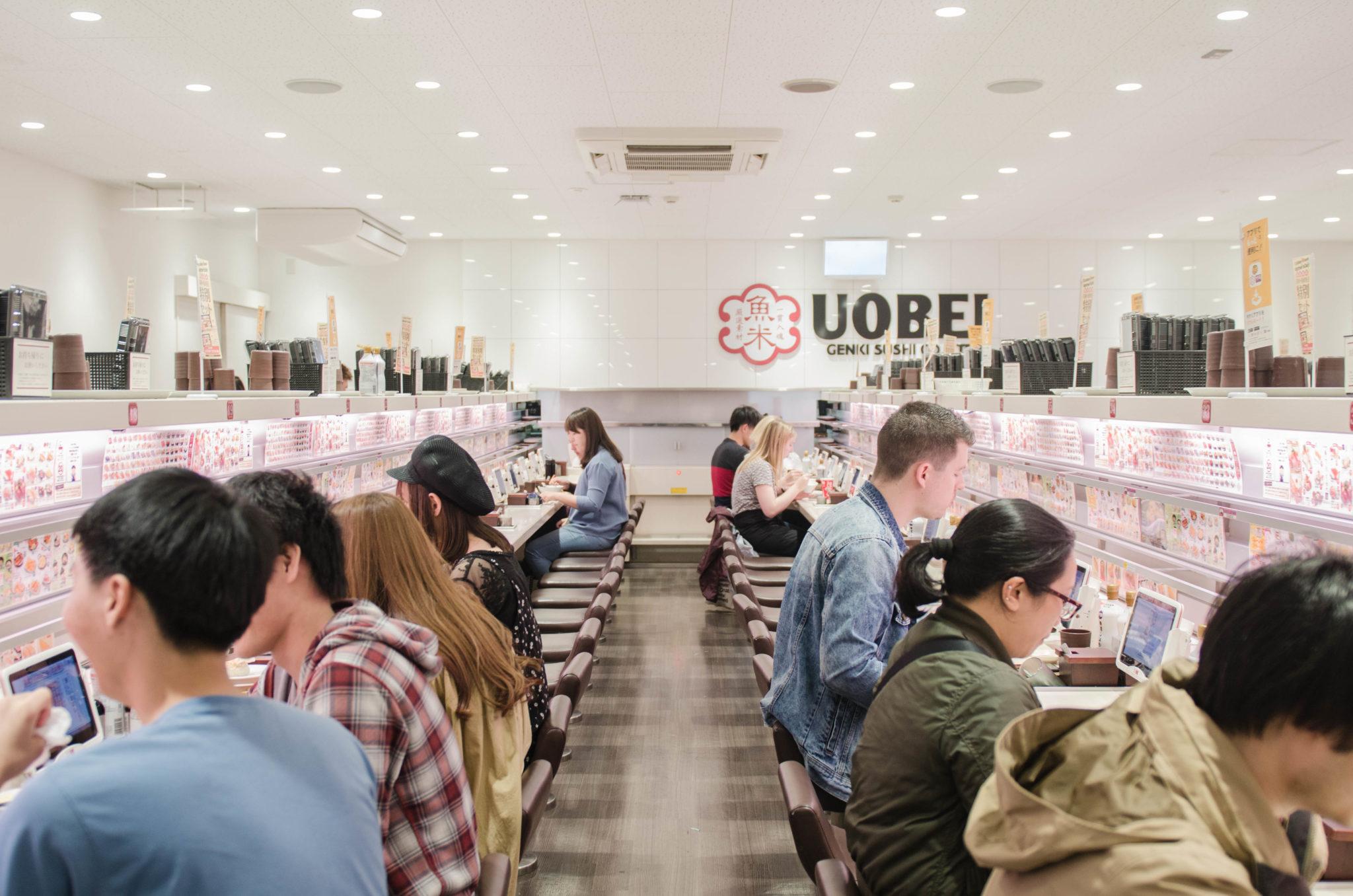 Sushi in Tokio gibt es besonders günstig in den Restaurants mit Sushitrain.