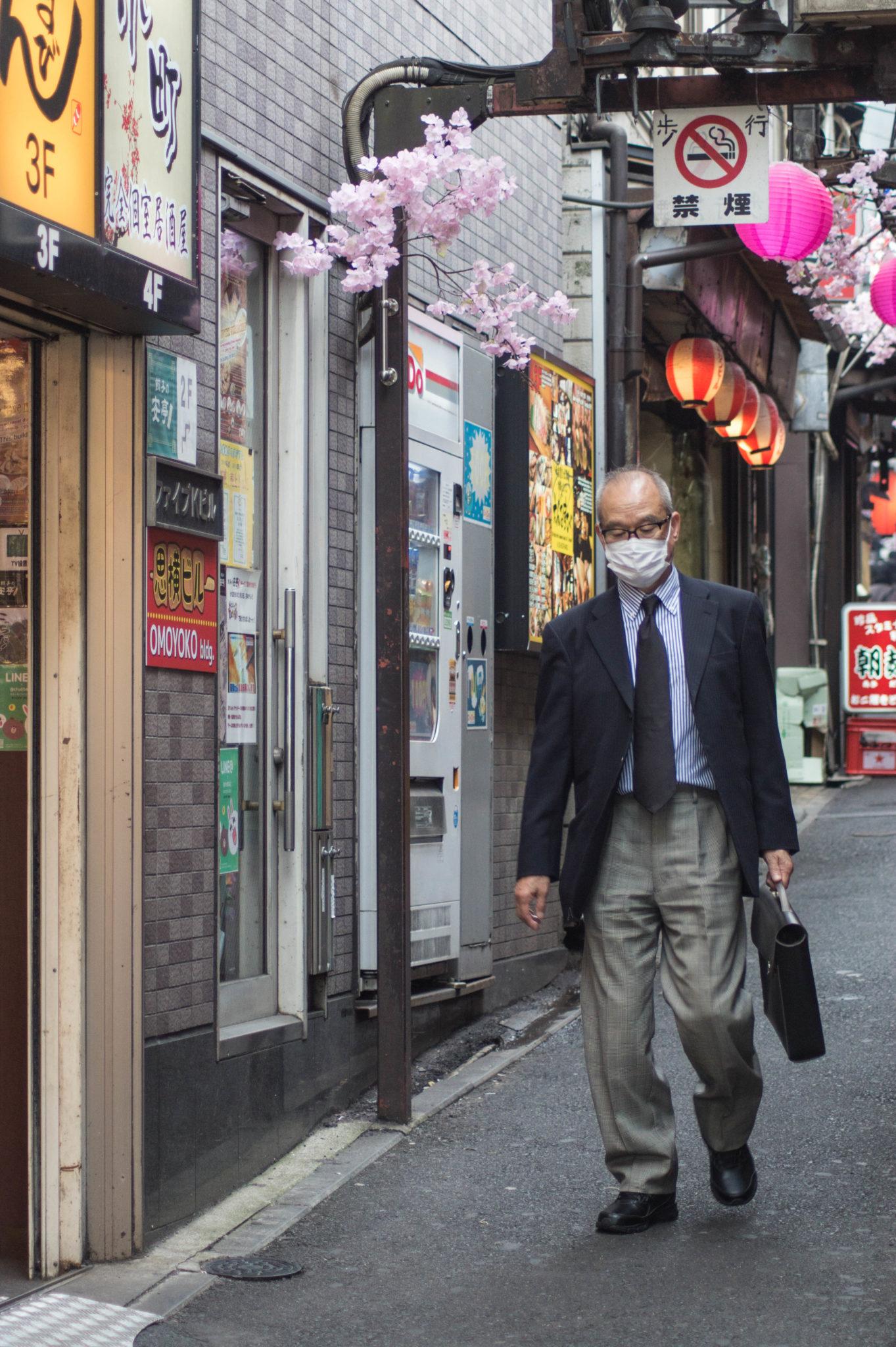 Mundschutz in Japan zu tragen ist ganz normal und gilt einzig dem Schutz vor herumfliegenden Viren.