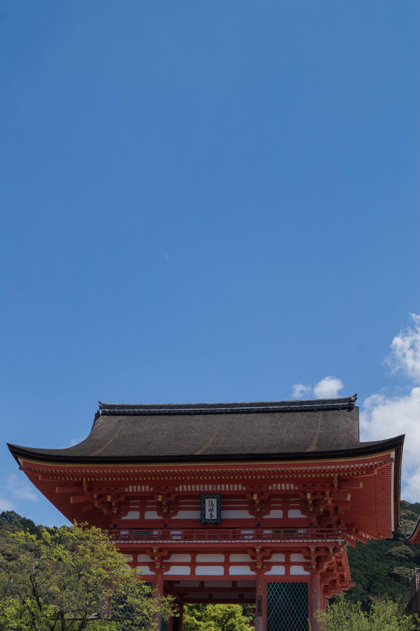 Die Tempel von Kyoto erstrahlen in hellem Rot.
