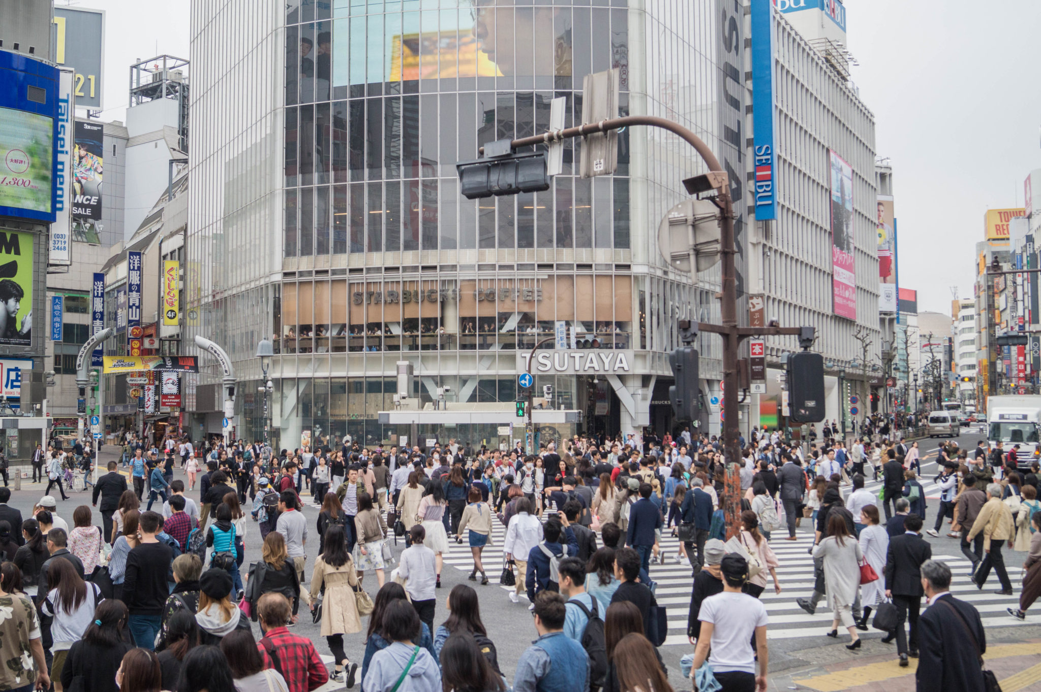 Die Shibuya Kreuzung in Tokio ist eine der spannendsten Kreuzungen der Welt.