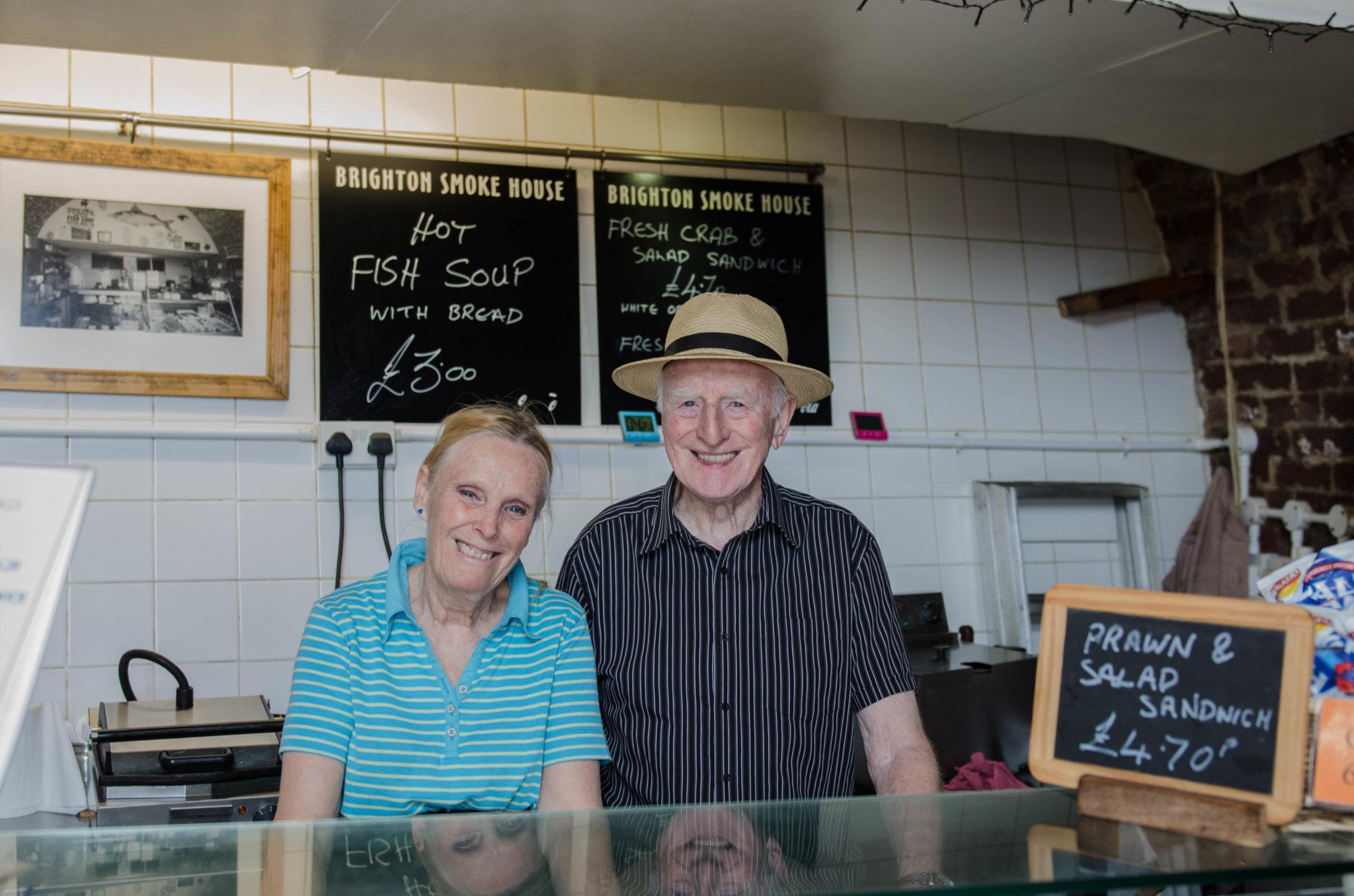 Jack and Linda Mills räuchern schon seit etlichen Jahren ihren Fisch am Brighton Beach.