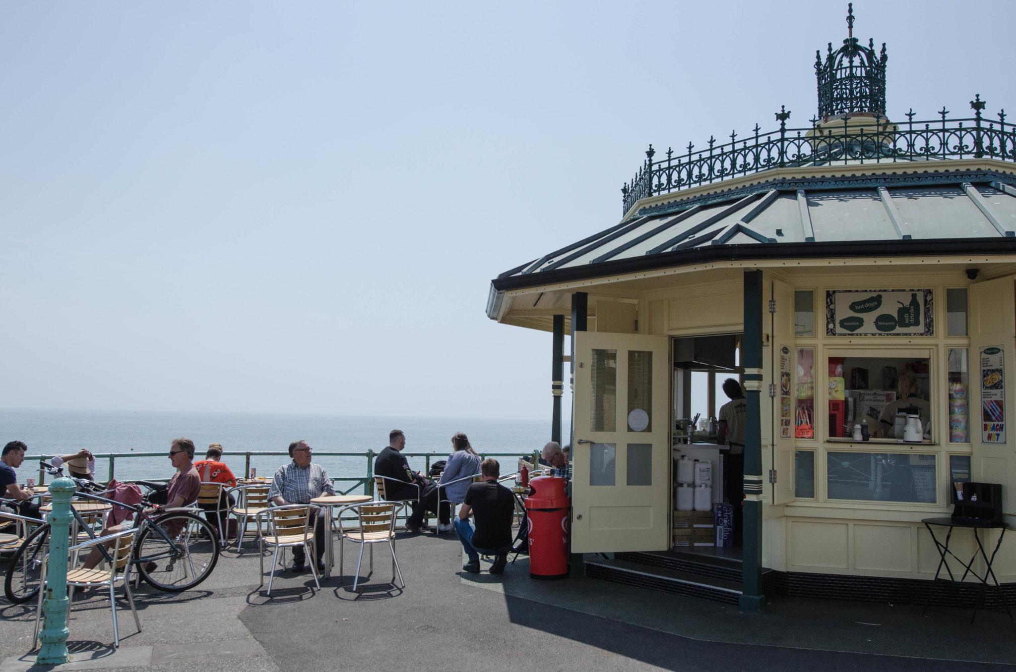 Am Brighton Beach treffen sich alle: Von Rentnern über Kinder bis hin zu Touristen.