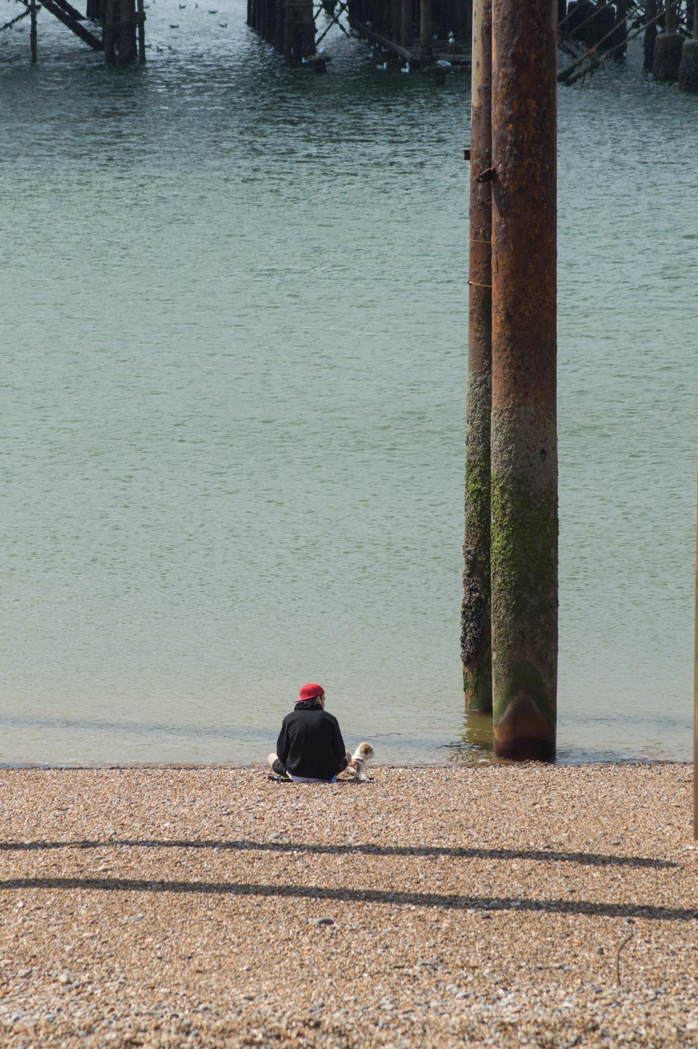 Vom West Pier in Brighton ist nicht mehr viel übrig außer ein rostigen Stahlgerüst.