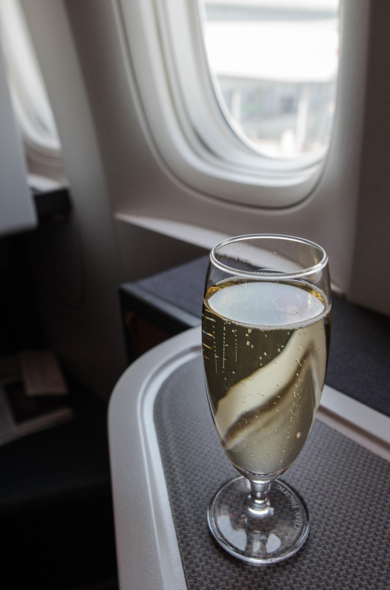 Der Flug in der Cathay Pacific Business Class startet gediegen.