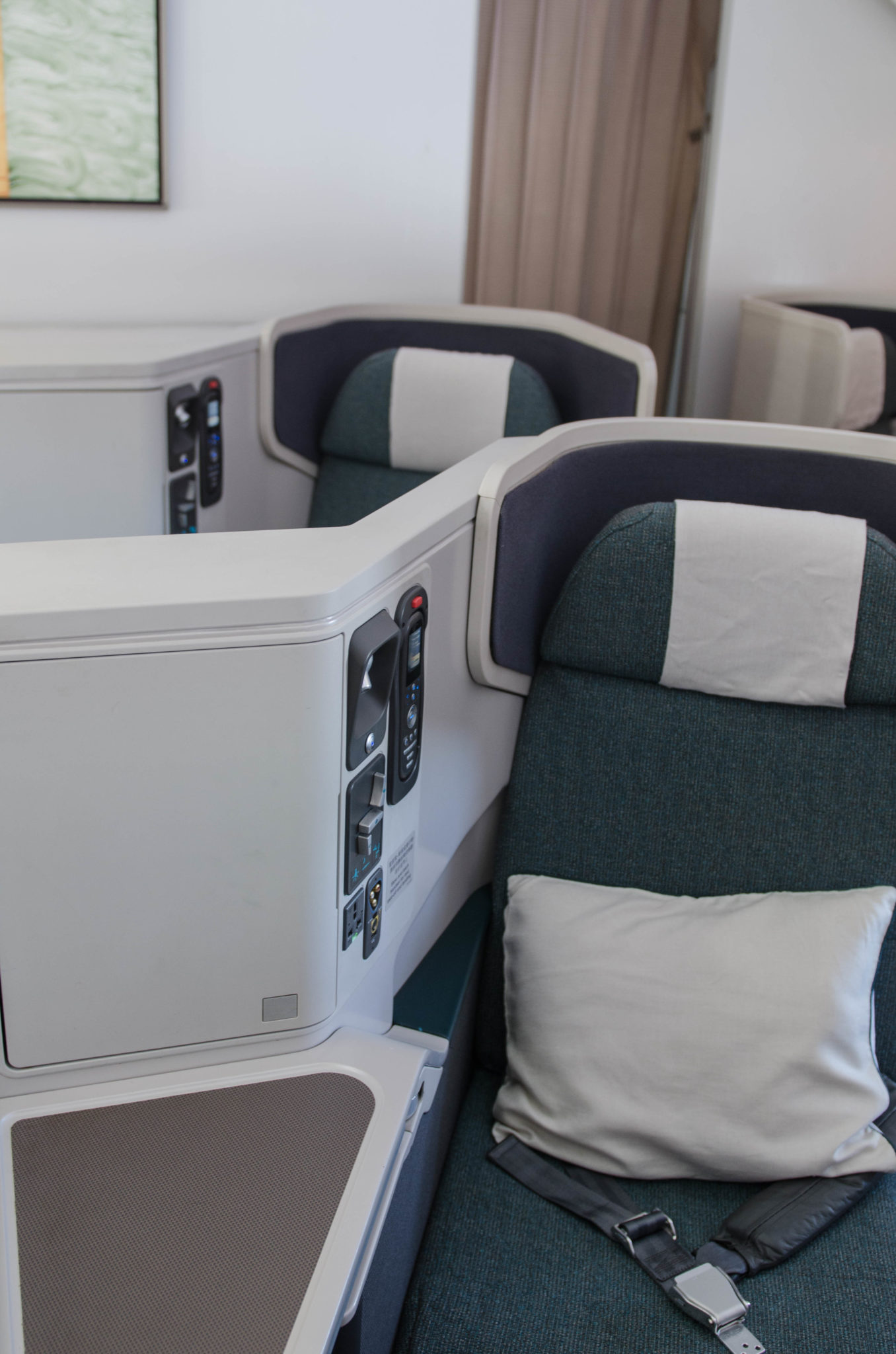 Die Kabine in der Cathay Pacific Business Class ist hell und geräumig.