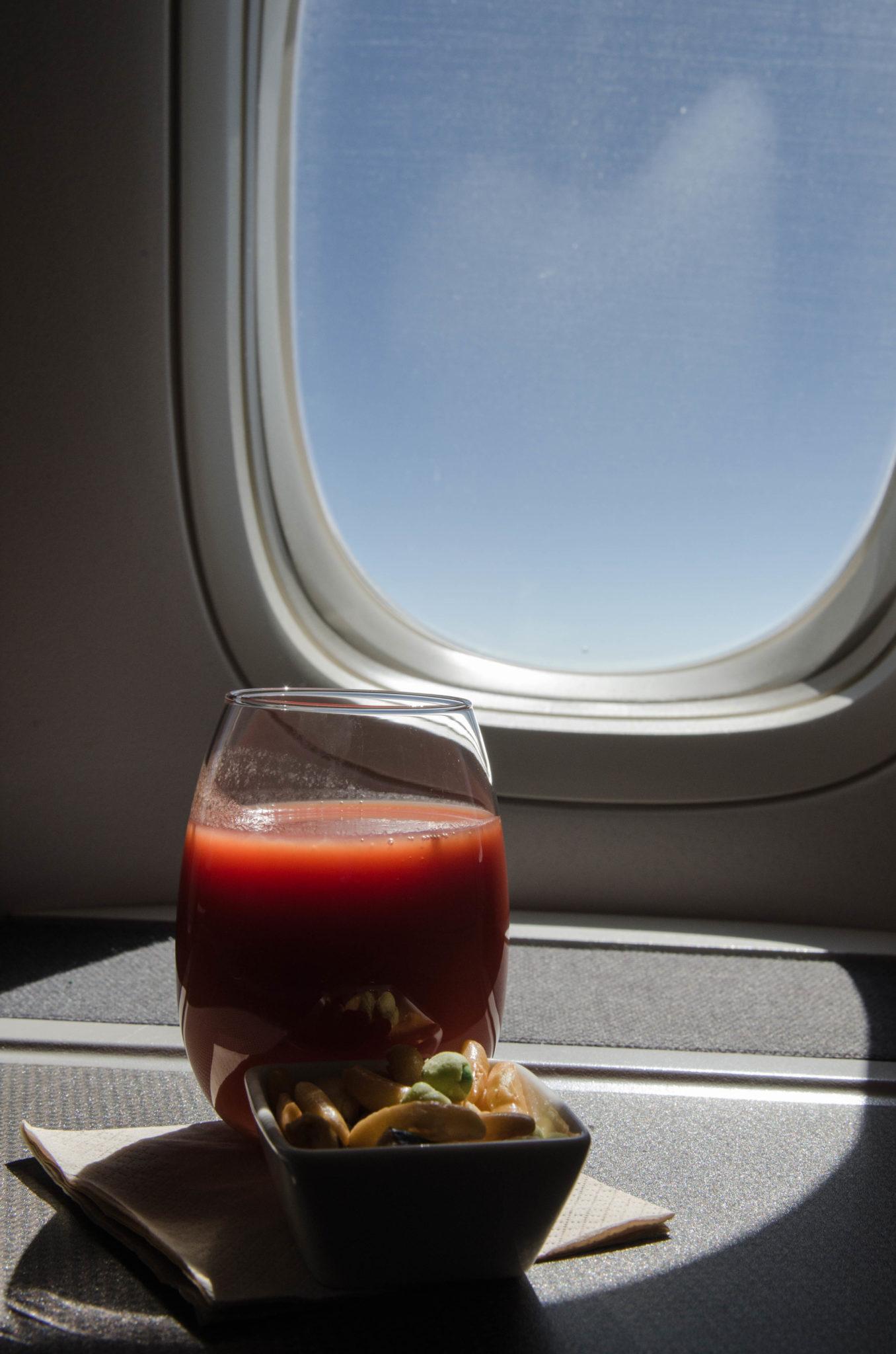 Auch nach dem Essen in der Cathay Pacific Business Class bleibt der Service super.