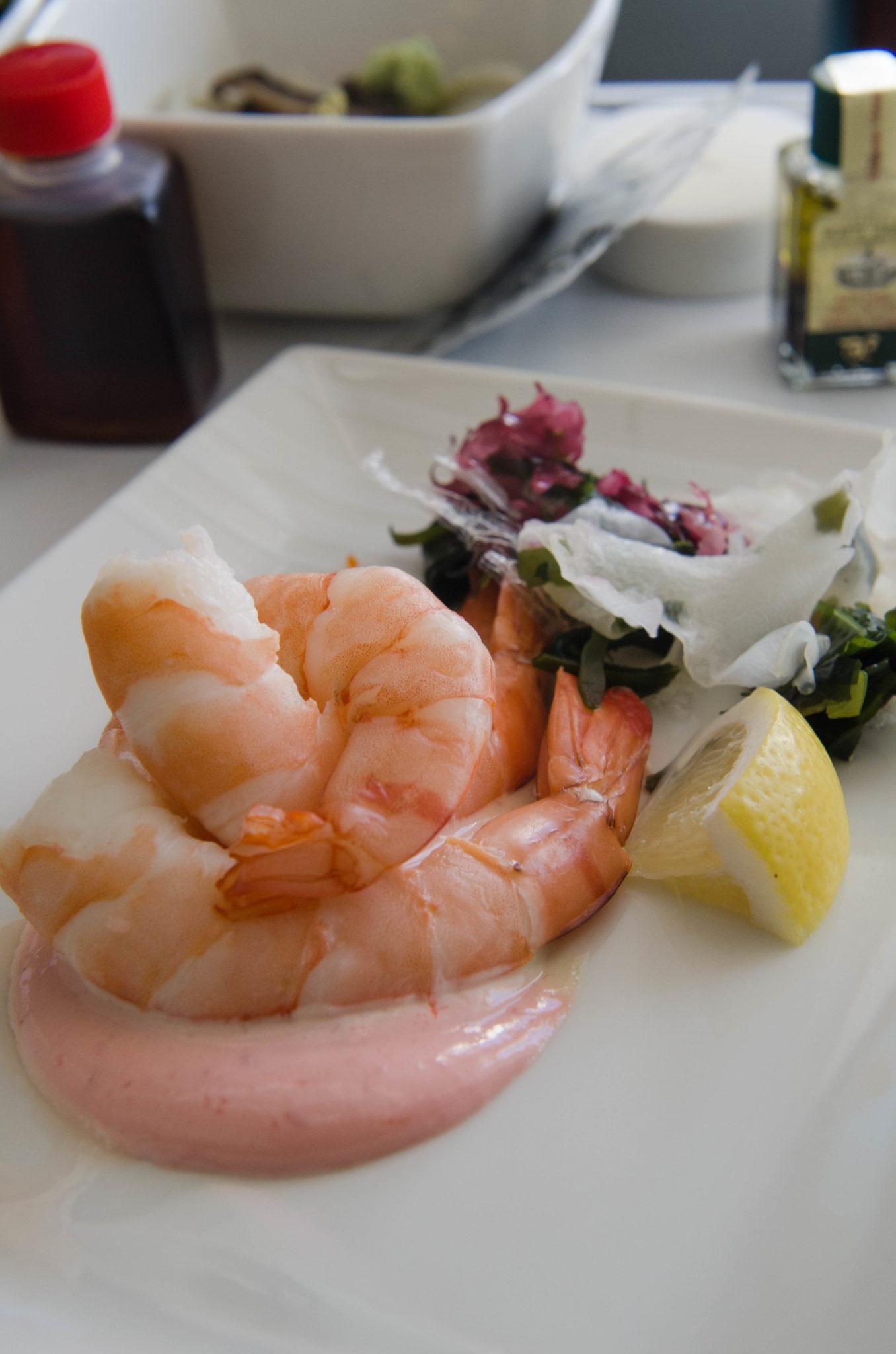 Das Mittagessen in der Cathay Pacific Business Class ist frisch und lecker.