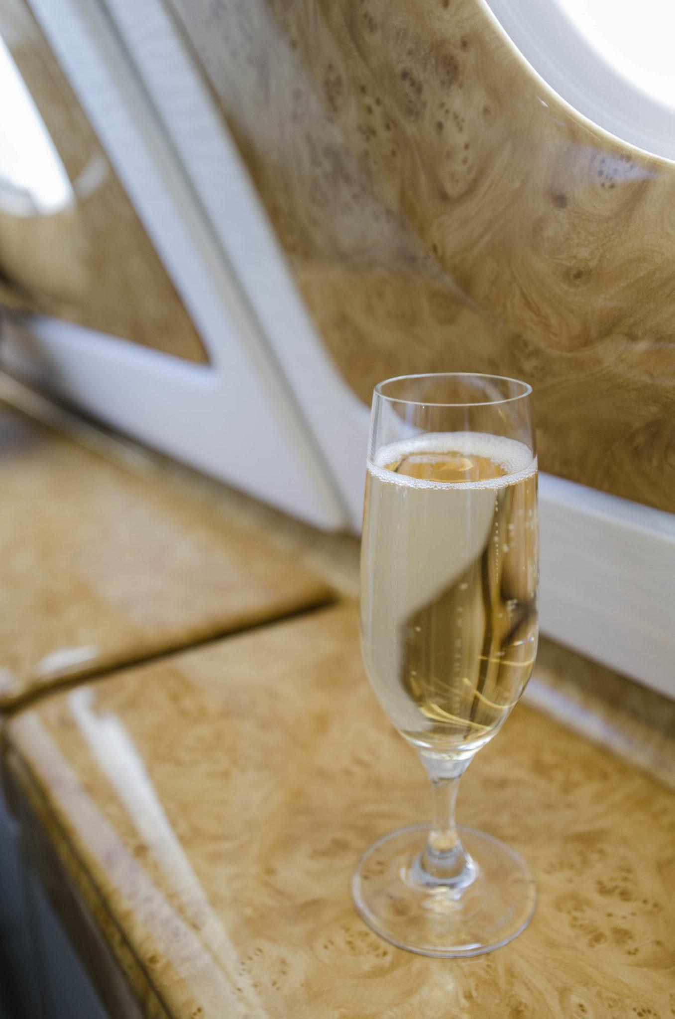 Mit Emirates nach München: Ein Glas Champagner gibt's als Begrüßung.